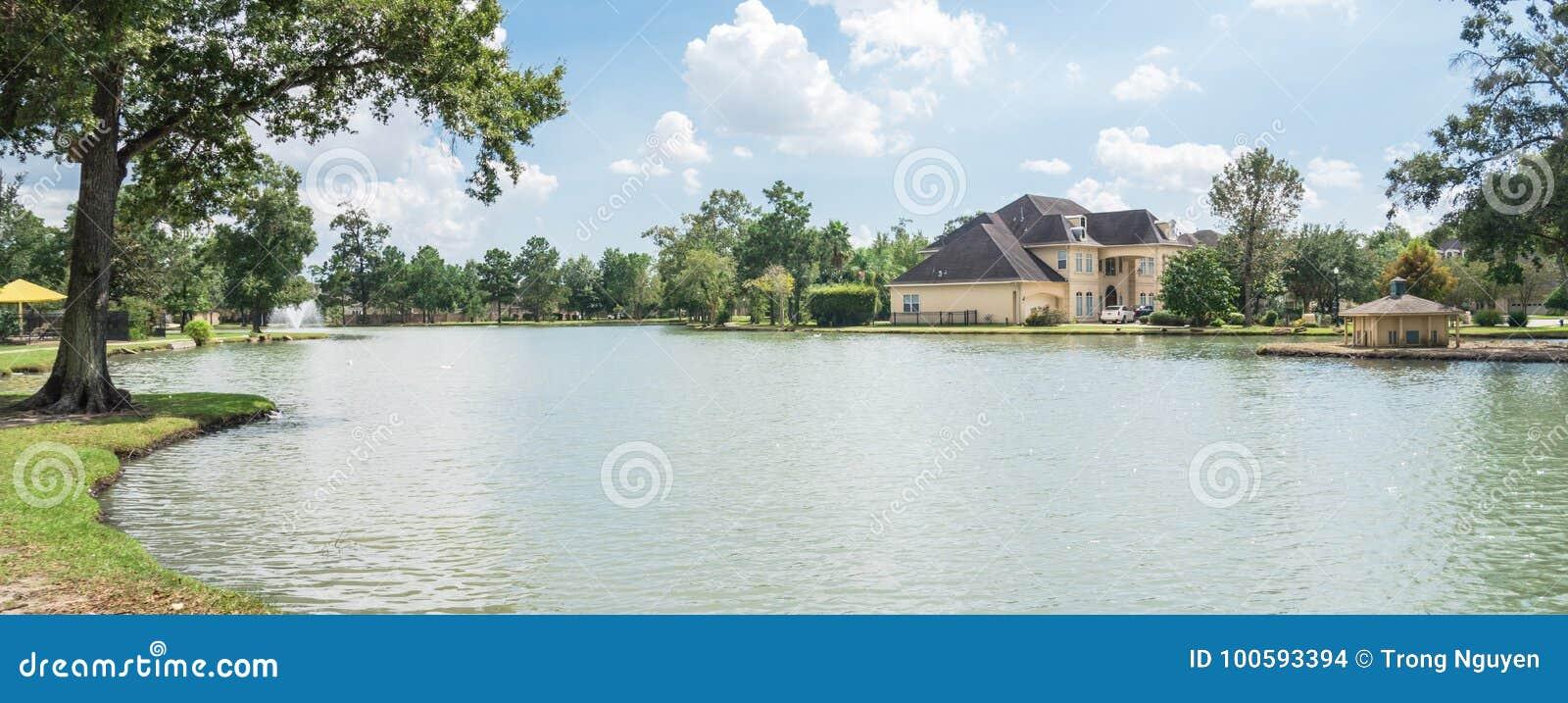 湖边住宅房子在休斯敦,得克萨斯,美国
