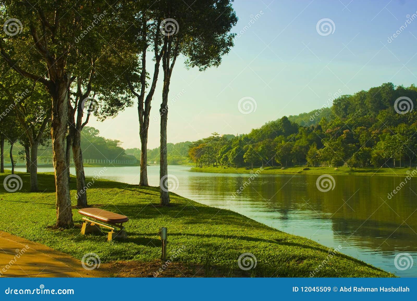 地公园_湖边平地公园