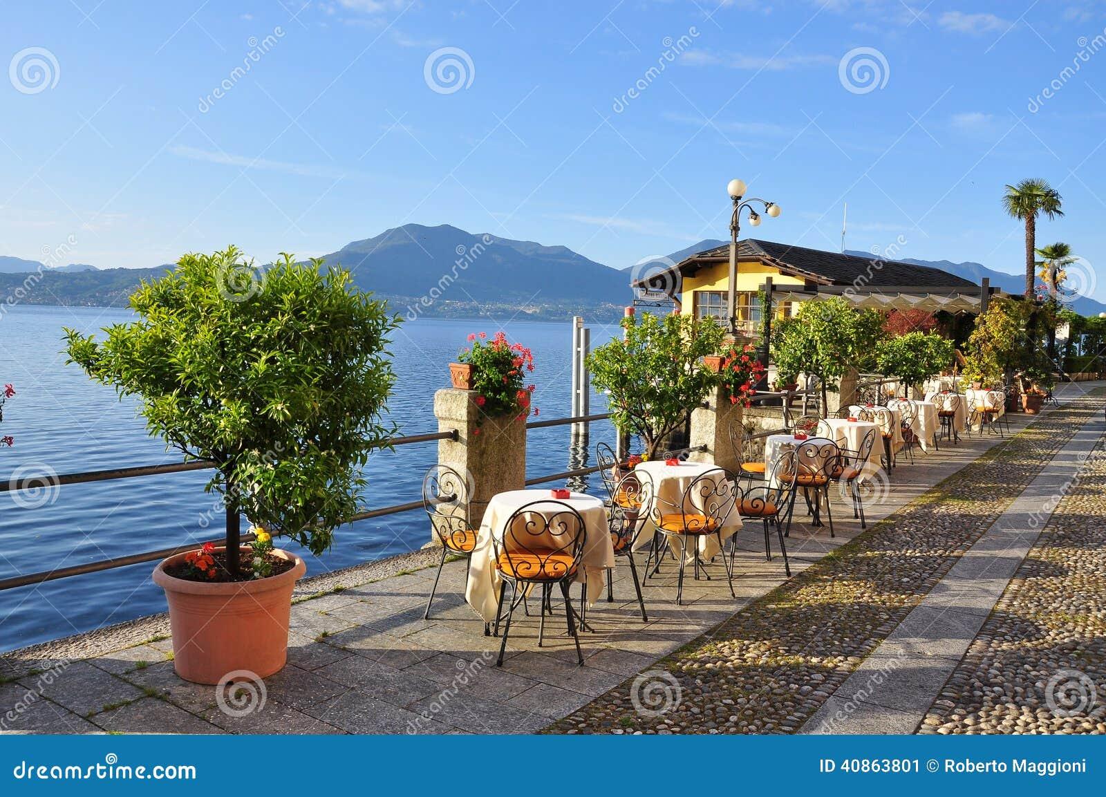 湖边平地散步咖啡馆,湖(lago) Maggiore,它
