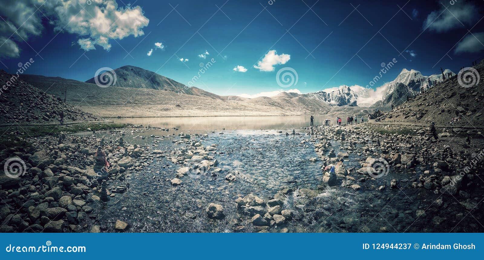 湖8月2018年, Gurudongmar 锡金,印度 显示gurudongmar湖的尾声有喜马拉雅登上的一个全景风景