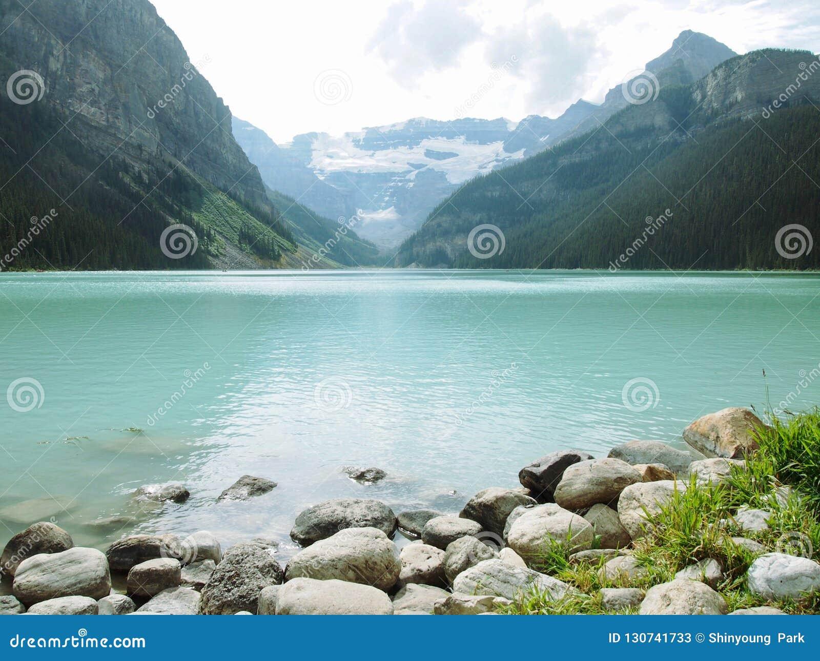 湖Lousie -与mountian背景inkl的岩石费用 自由sp