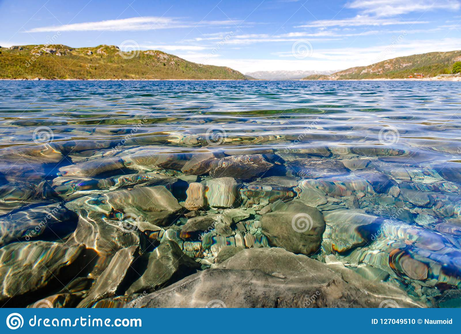 湖Mosvatn泰勒马克郡挪威透明的水