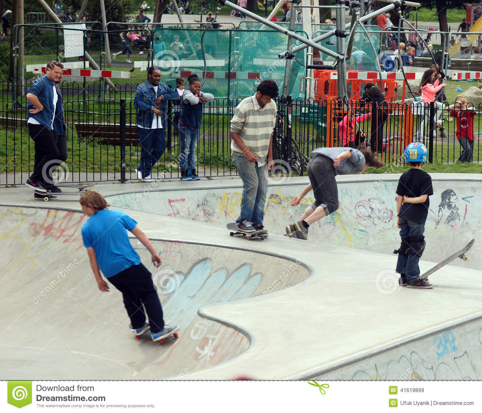 溜冰板者在公园