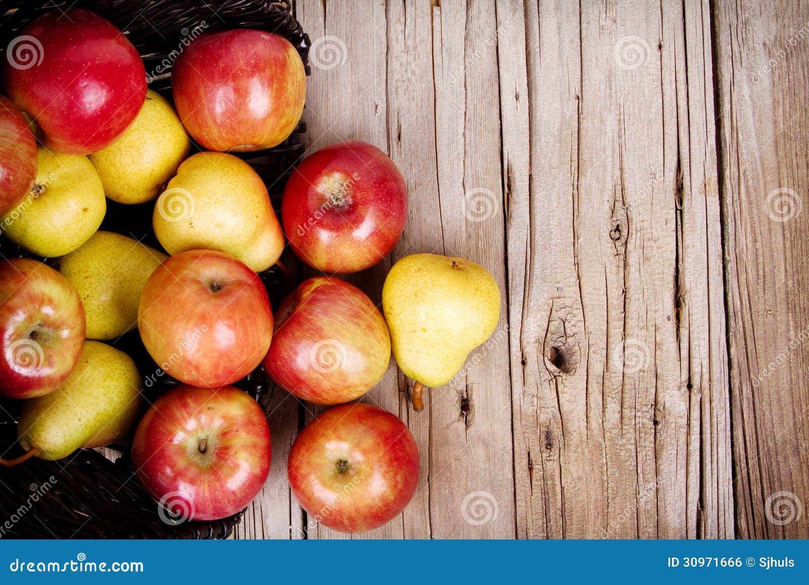 溢出在篮子外面的苹果和梨