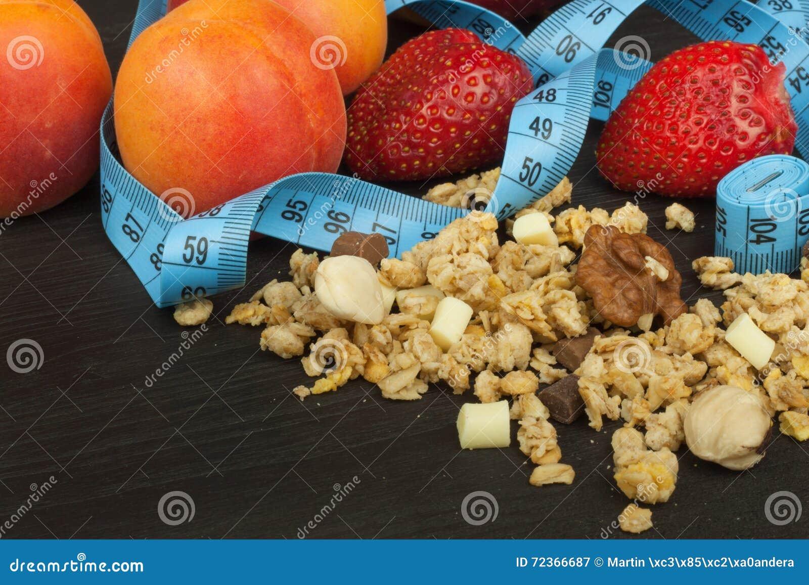 溢出的Cheerios谷物用巧克力 运动员的健康膳食补充剂 早餐Muesli和果子的Cheerios