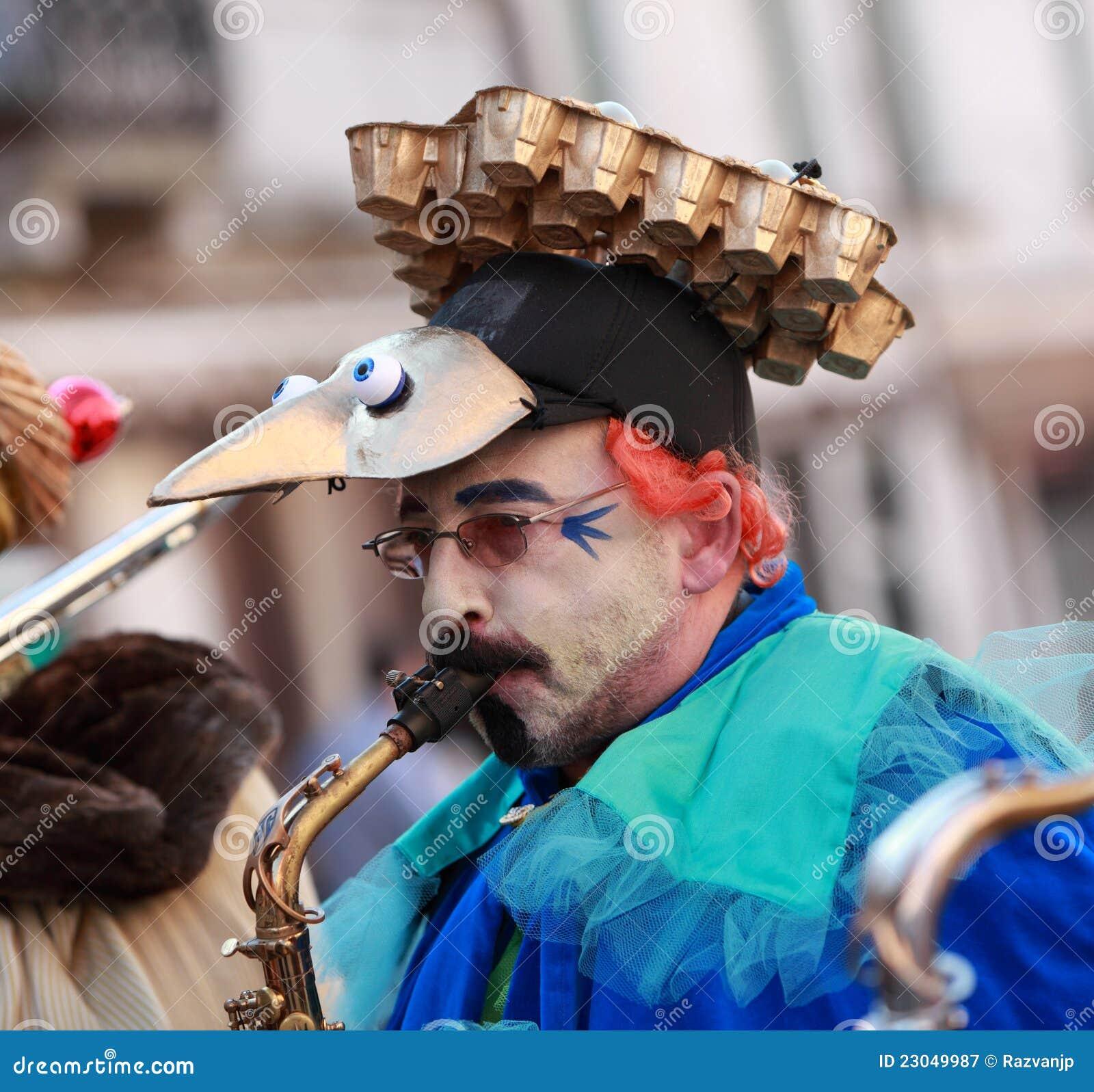 滑稽的人萨克斯管吹奏者