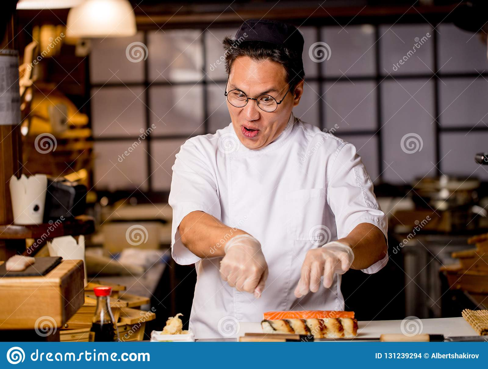 滑稽的疯狂的厨师创造他喜爱的盘 人对烹调是疯狂的