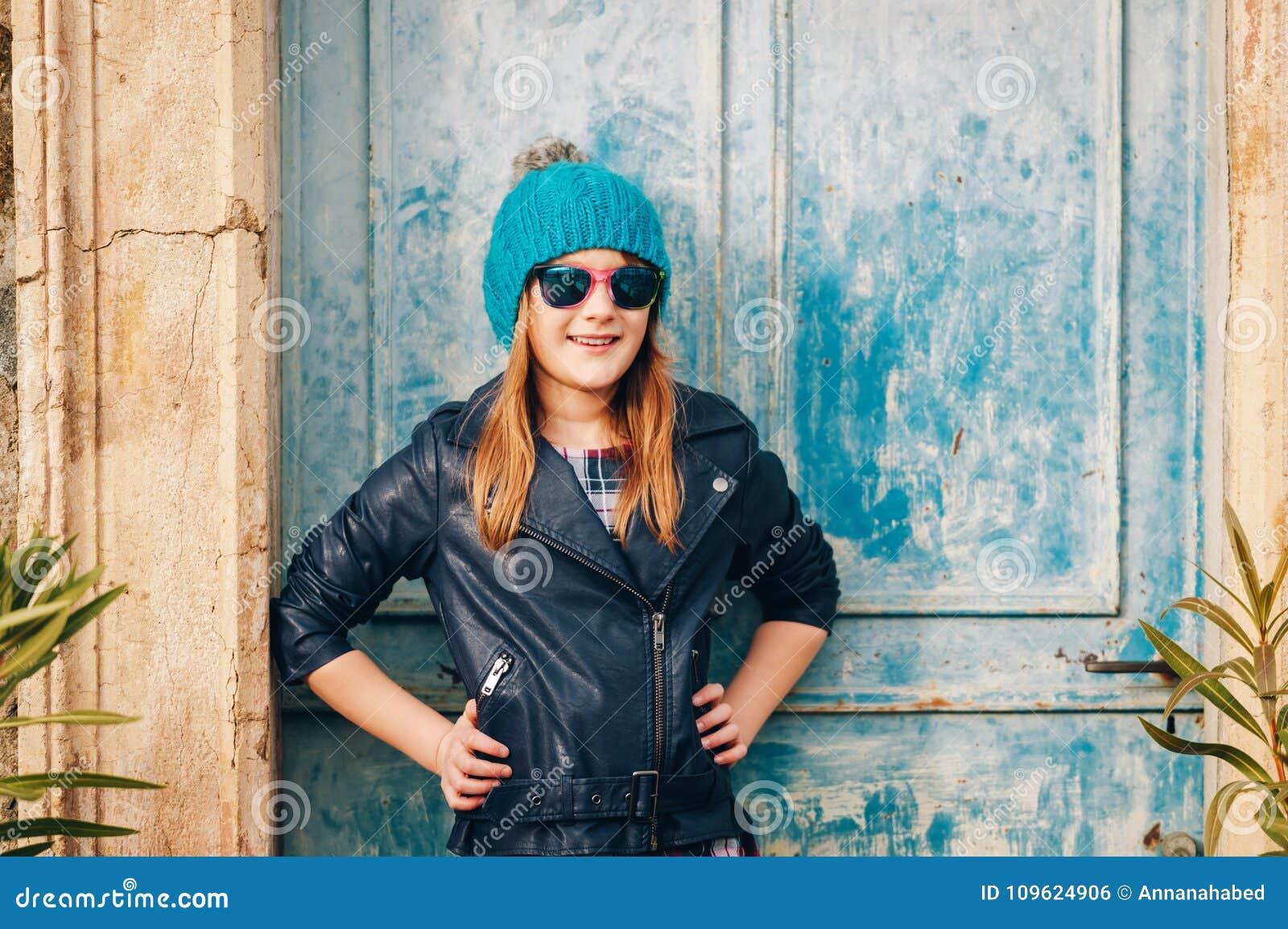 滑稽9-10岁女孩室外时尚画象
