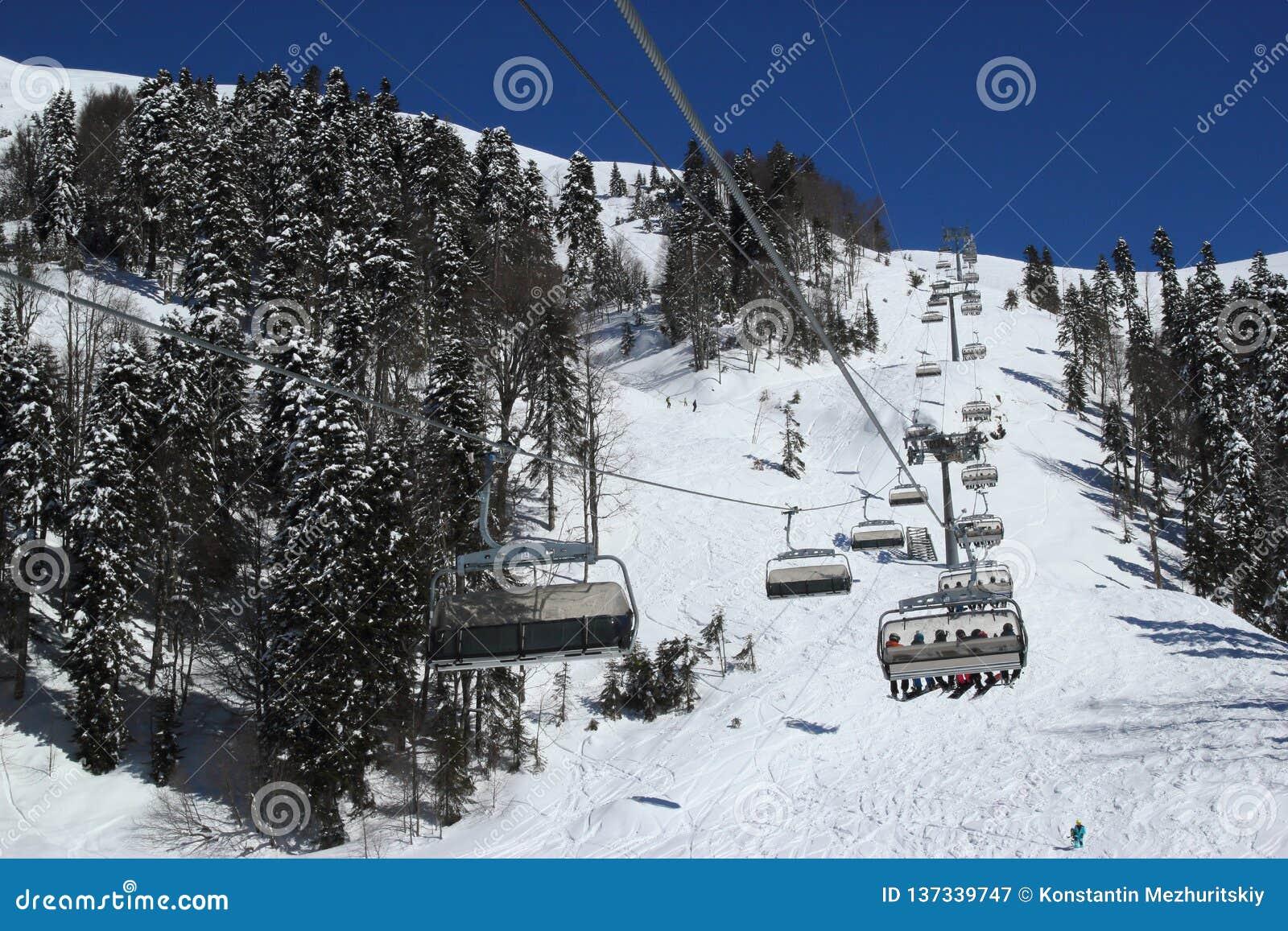 滑雪倾斜在多雪的山区度假村罗莎Khutor,索契