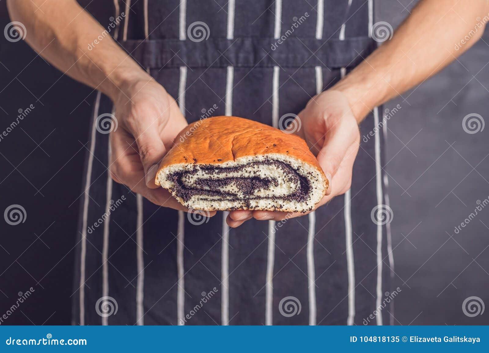 滚动与罂粟种子在面包师的手上