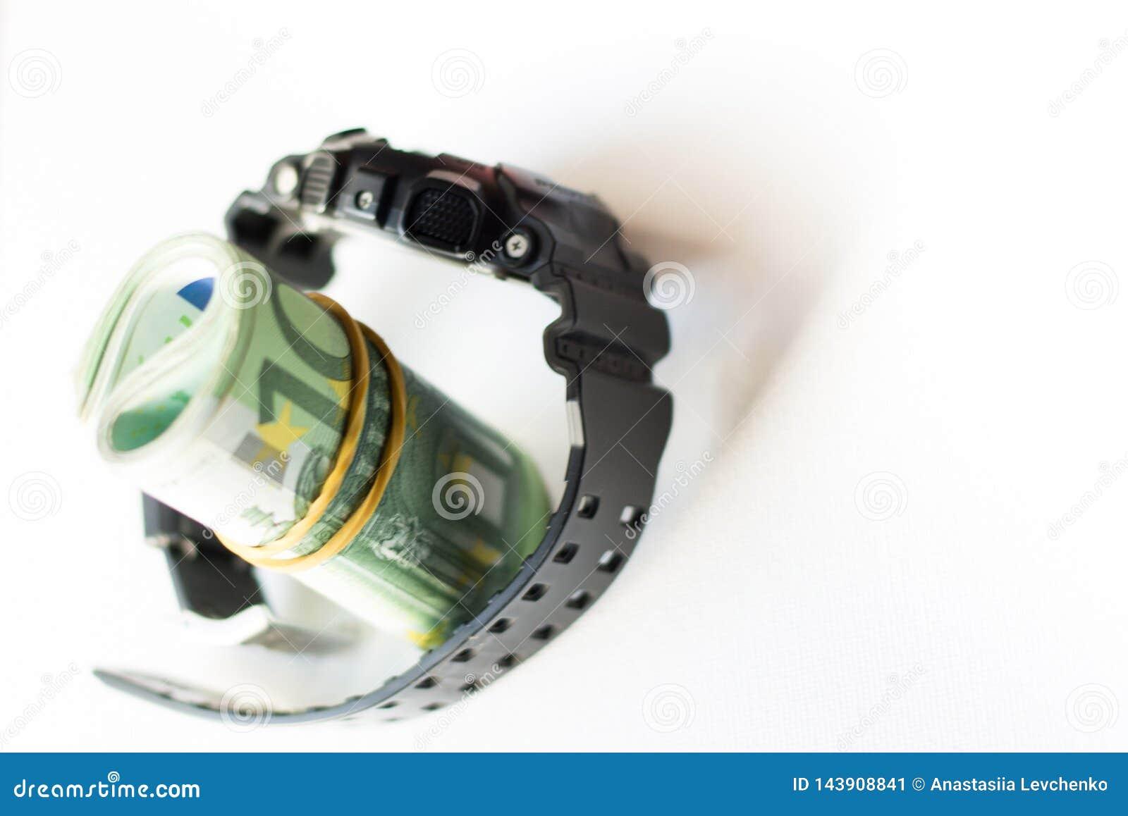滚动在被隔绝的现代手表里面锁着的传送带的一百欧元笔记在白色背景 黑手表与