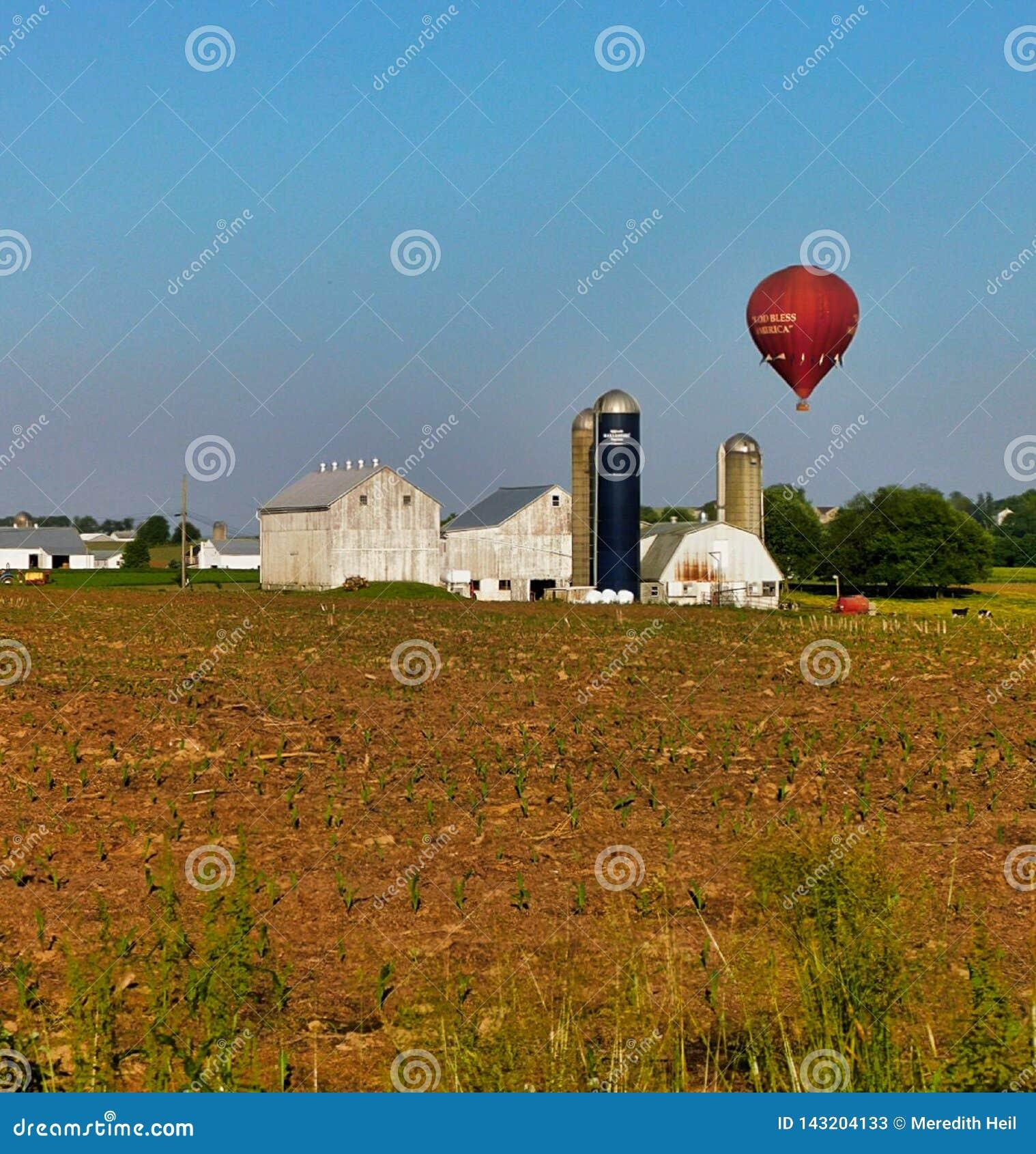漂浮在农舍上的一个炽热气球