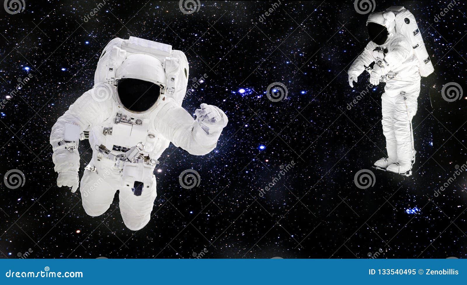漂浮在外层空间的太空服的宇航员 Spacemans在工作