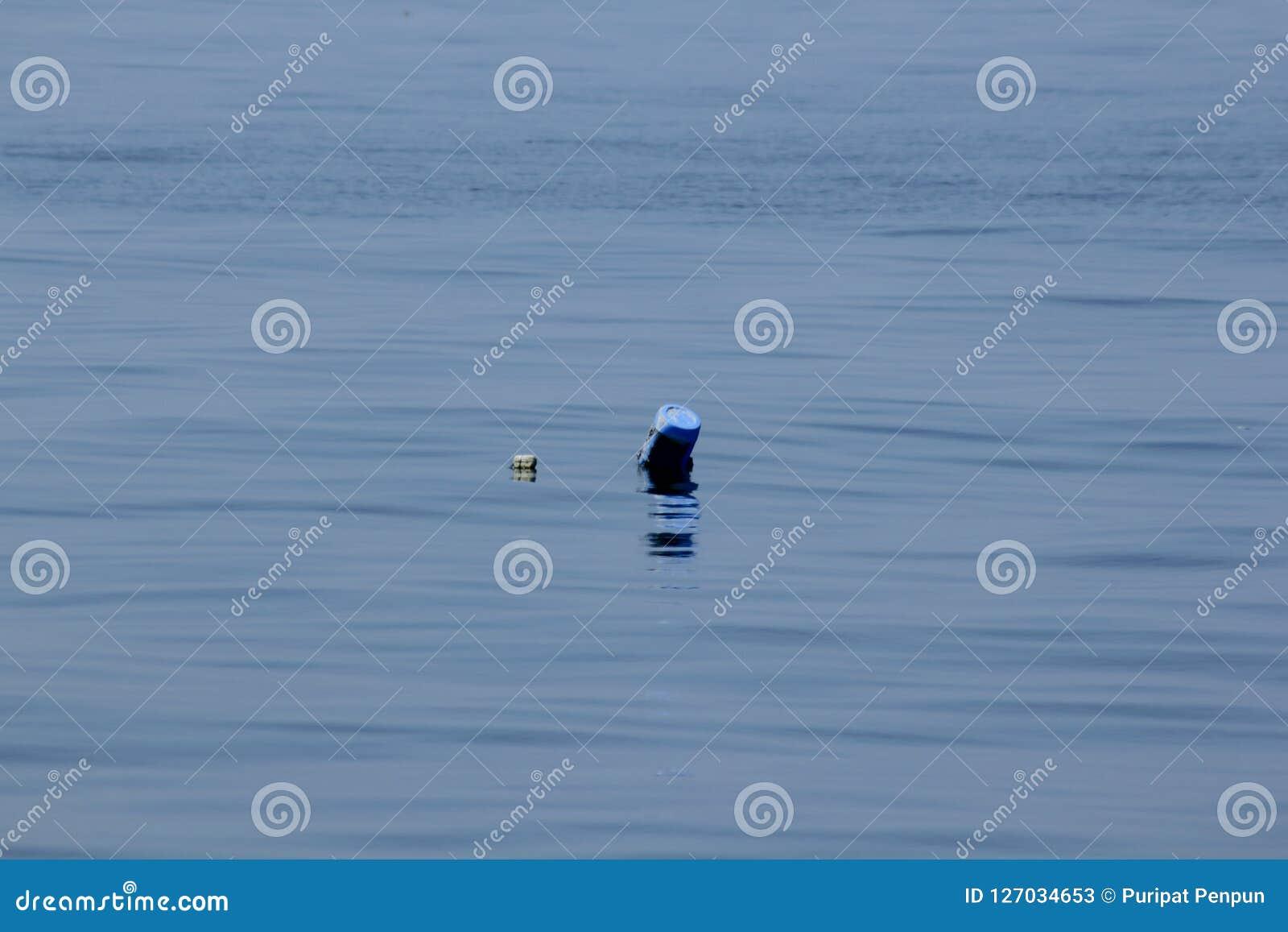 漂浮在水中的老塑料油箱