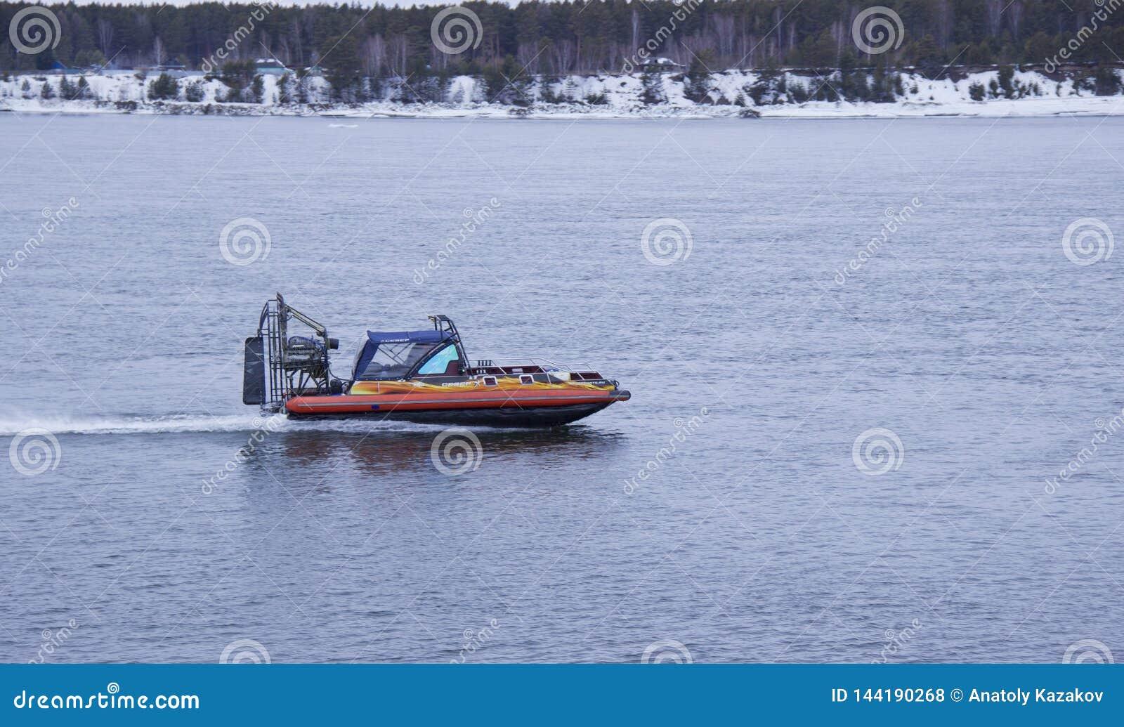 漂浮在河的快艇气垫船
