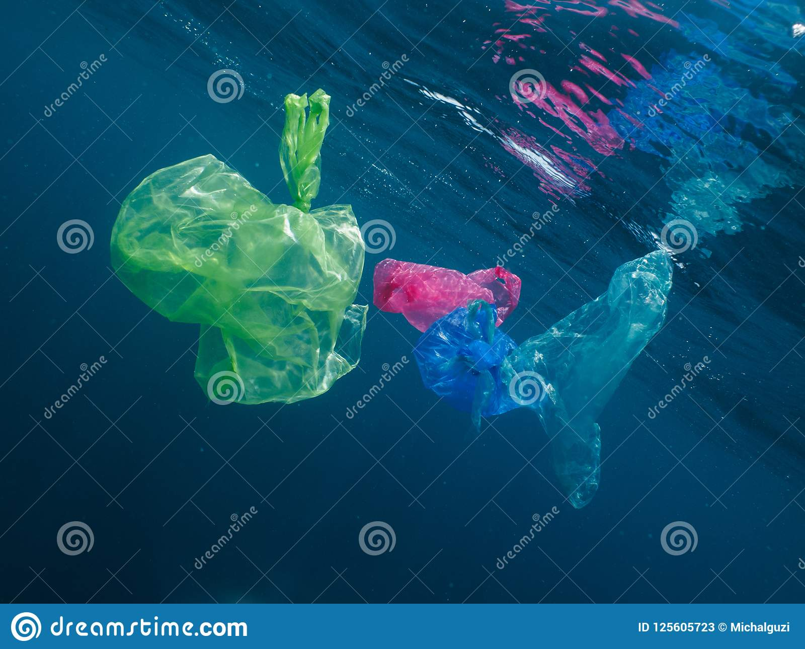 漂浮在海洋的五颜六色的塑料袋