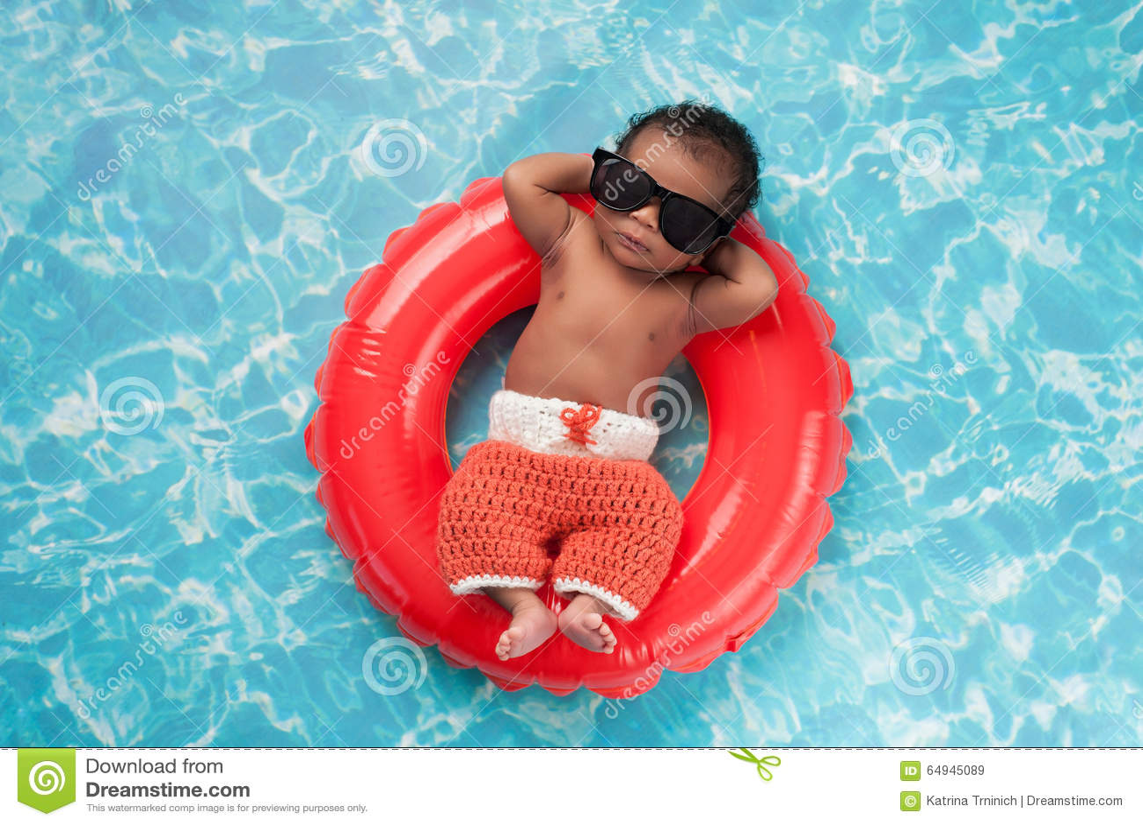 漂浮在游泳圆环的新出生的男婴