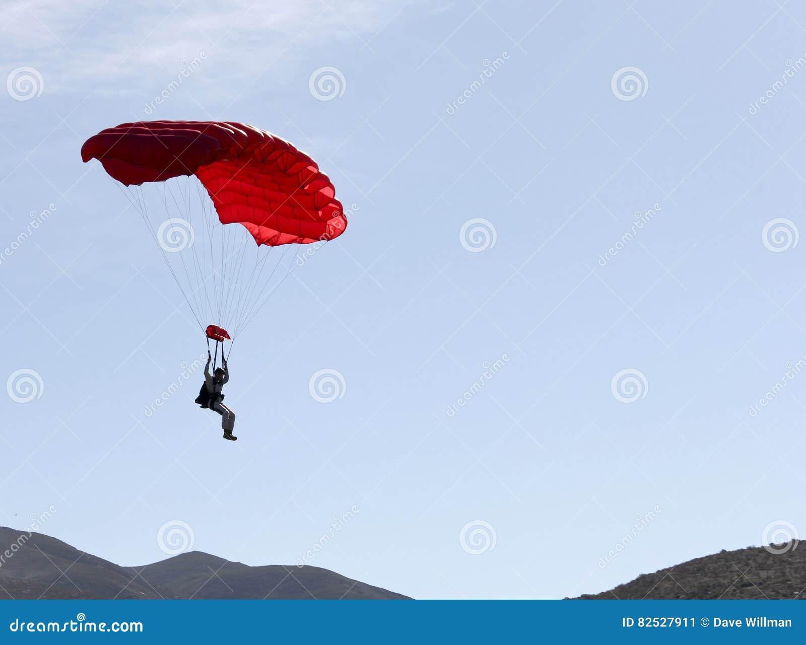 漂浮对地面的跳伞者