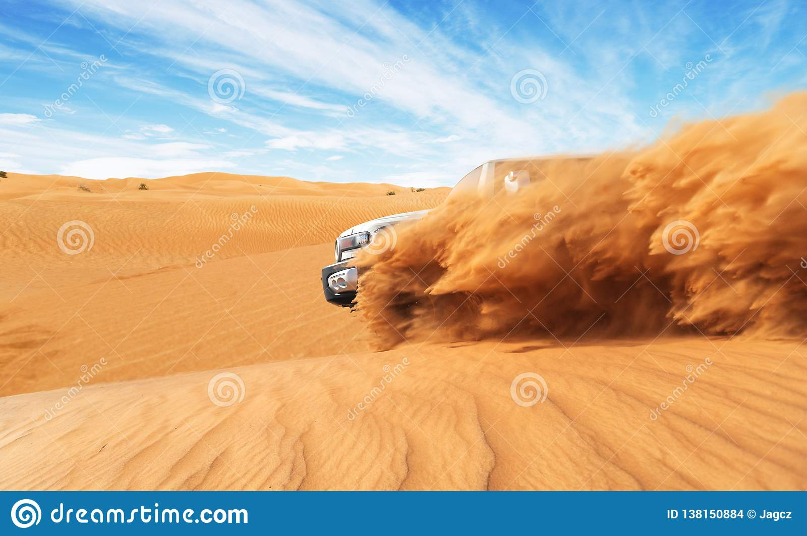 漂移的越野汽车4x4在沙漠