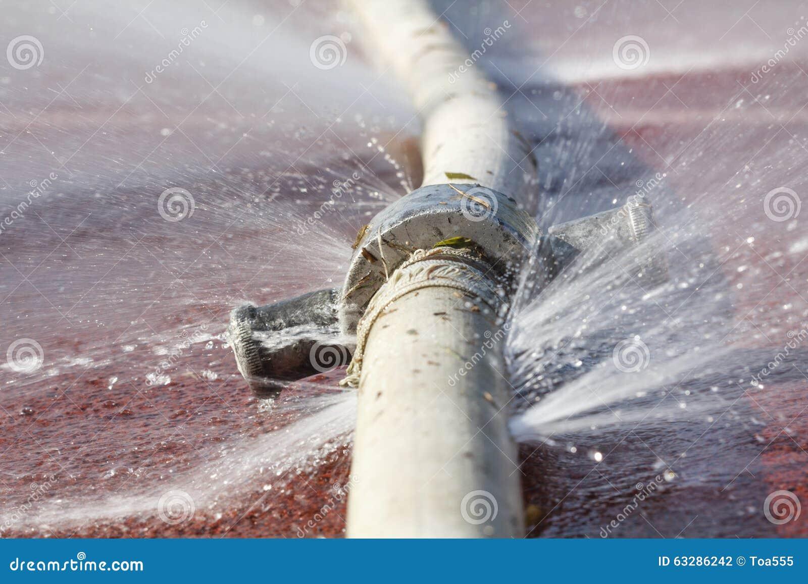 漏从在水管的孔的水