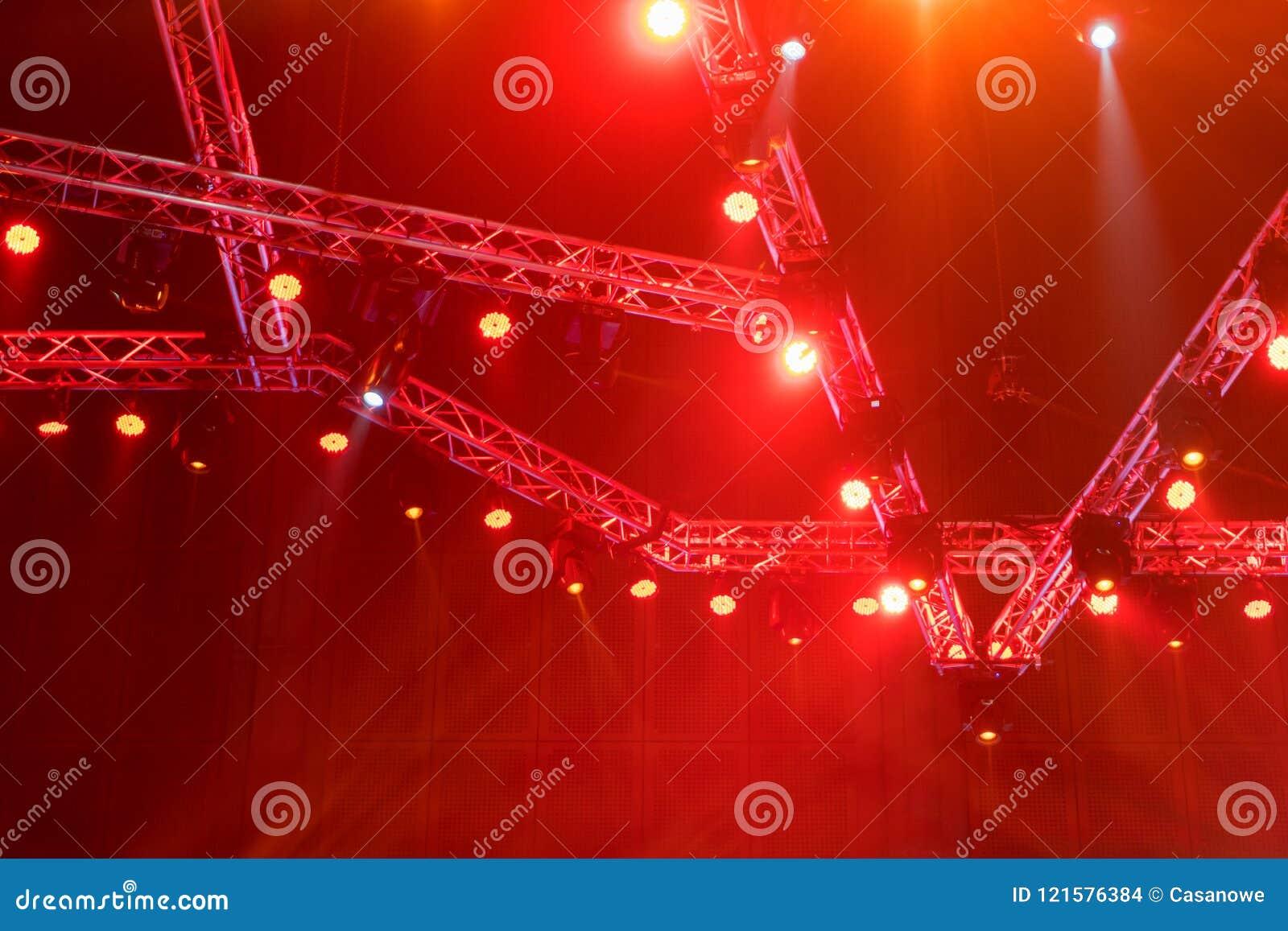 演出在音乐会的光或有激光光芒的照明设备是