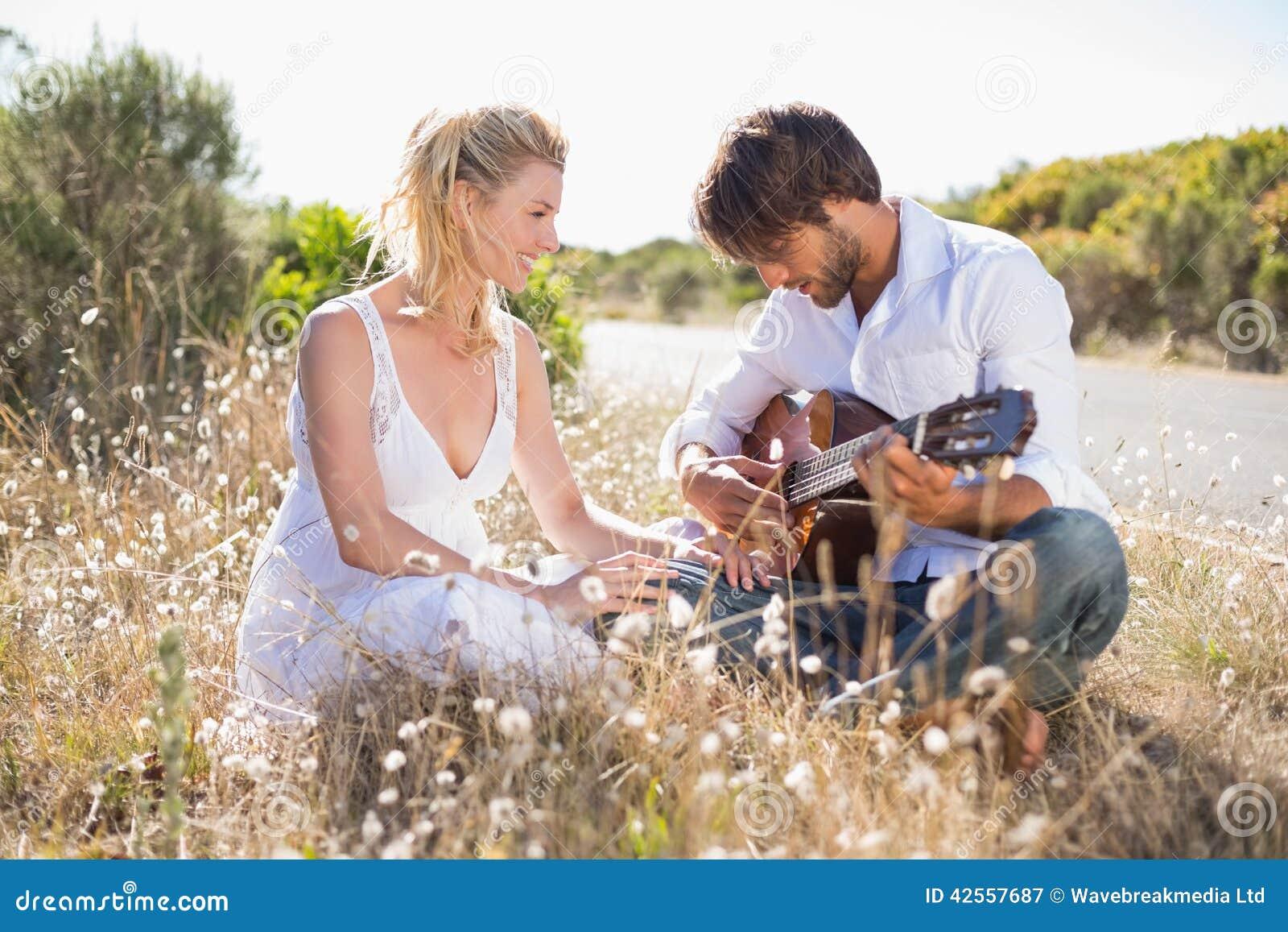 演唱他的有吉他的英俊的人女朋友