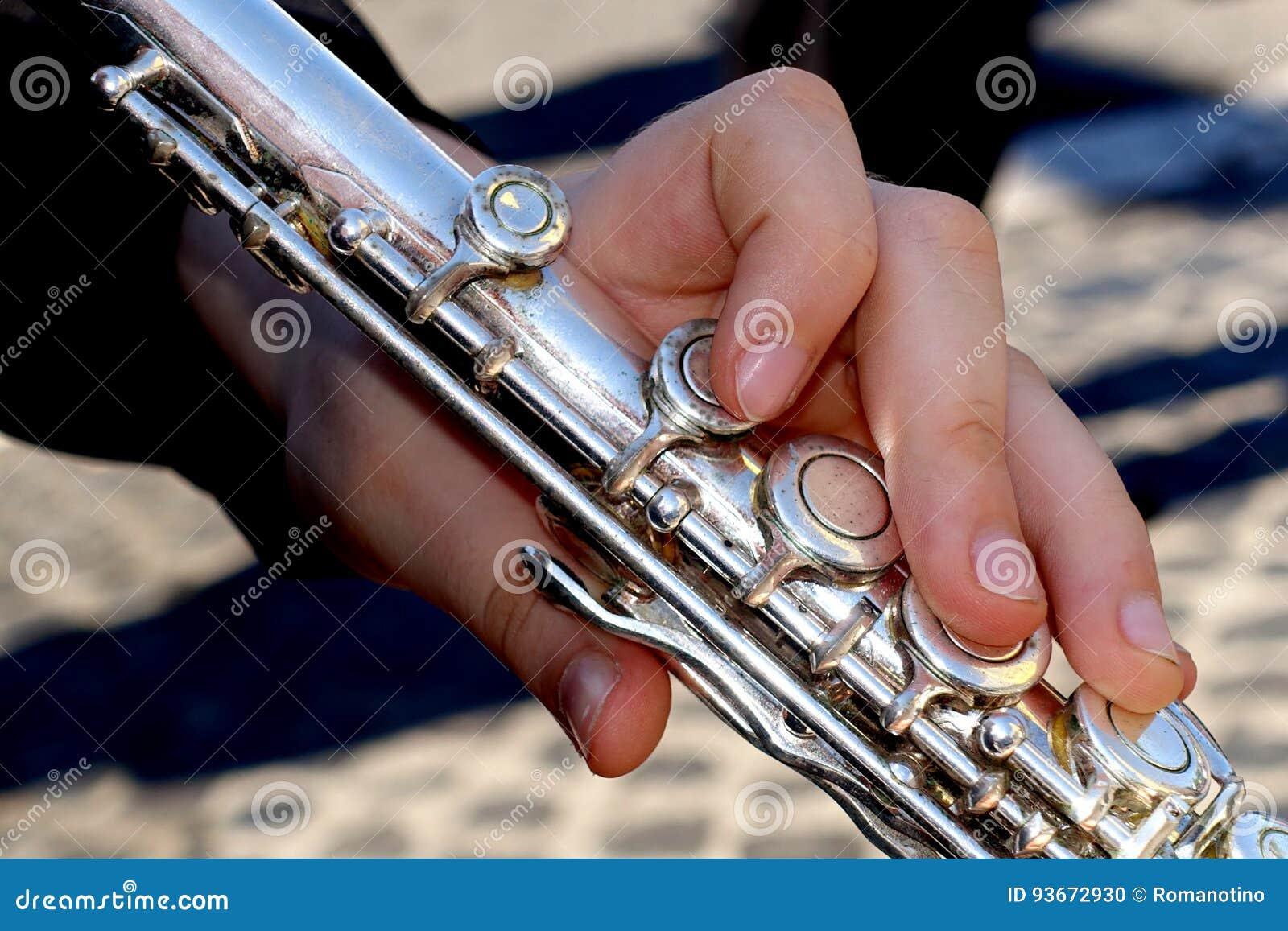 演奏一支横向长笛的手