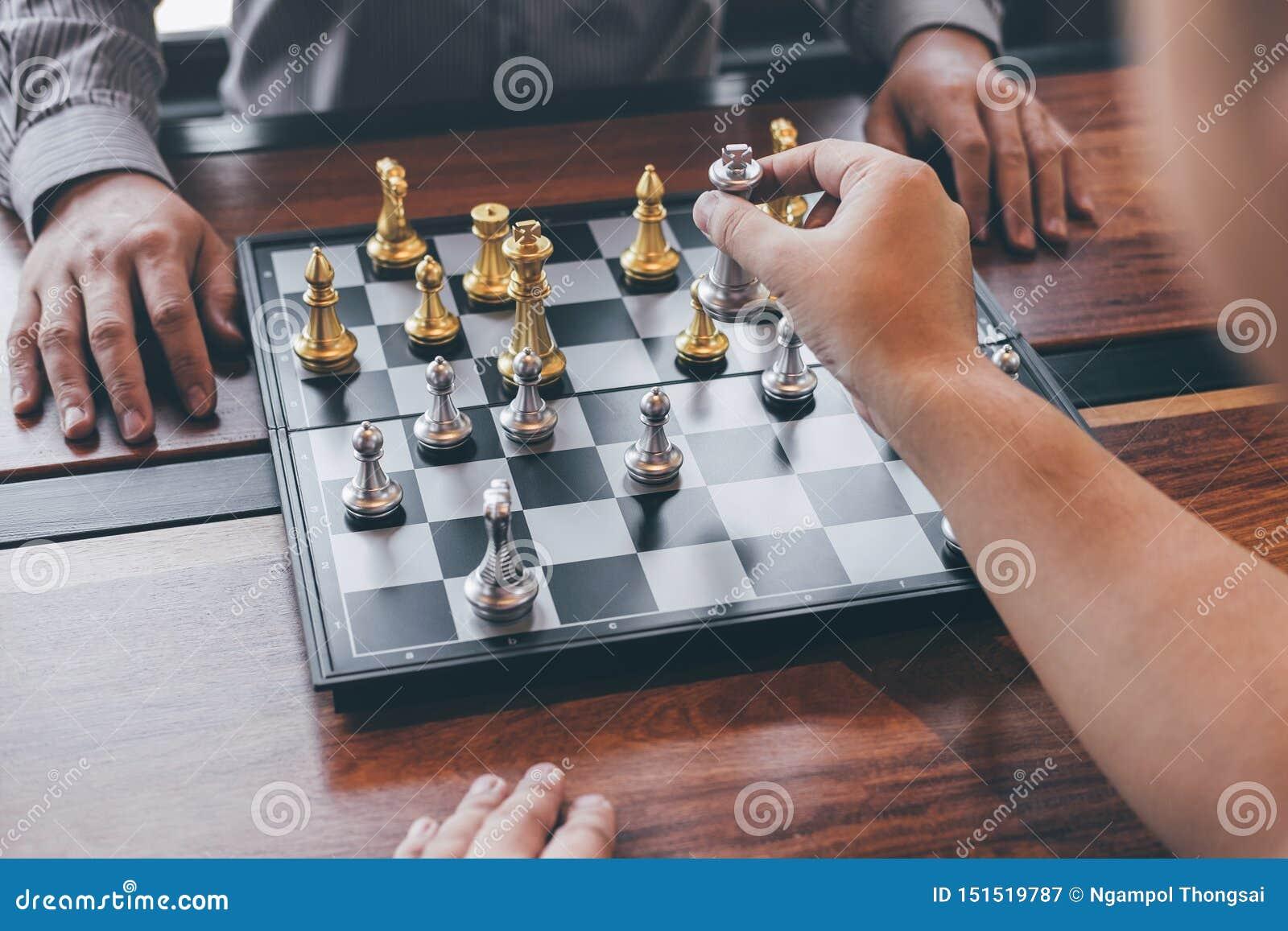演奏与相反队的聪明的商人下棋比赛竞争,计划的事务战略对胜利的发展