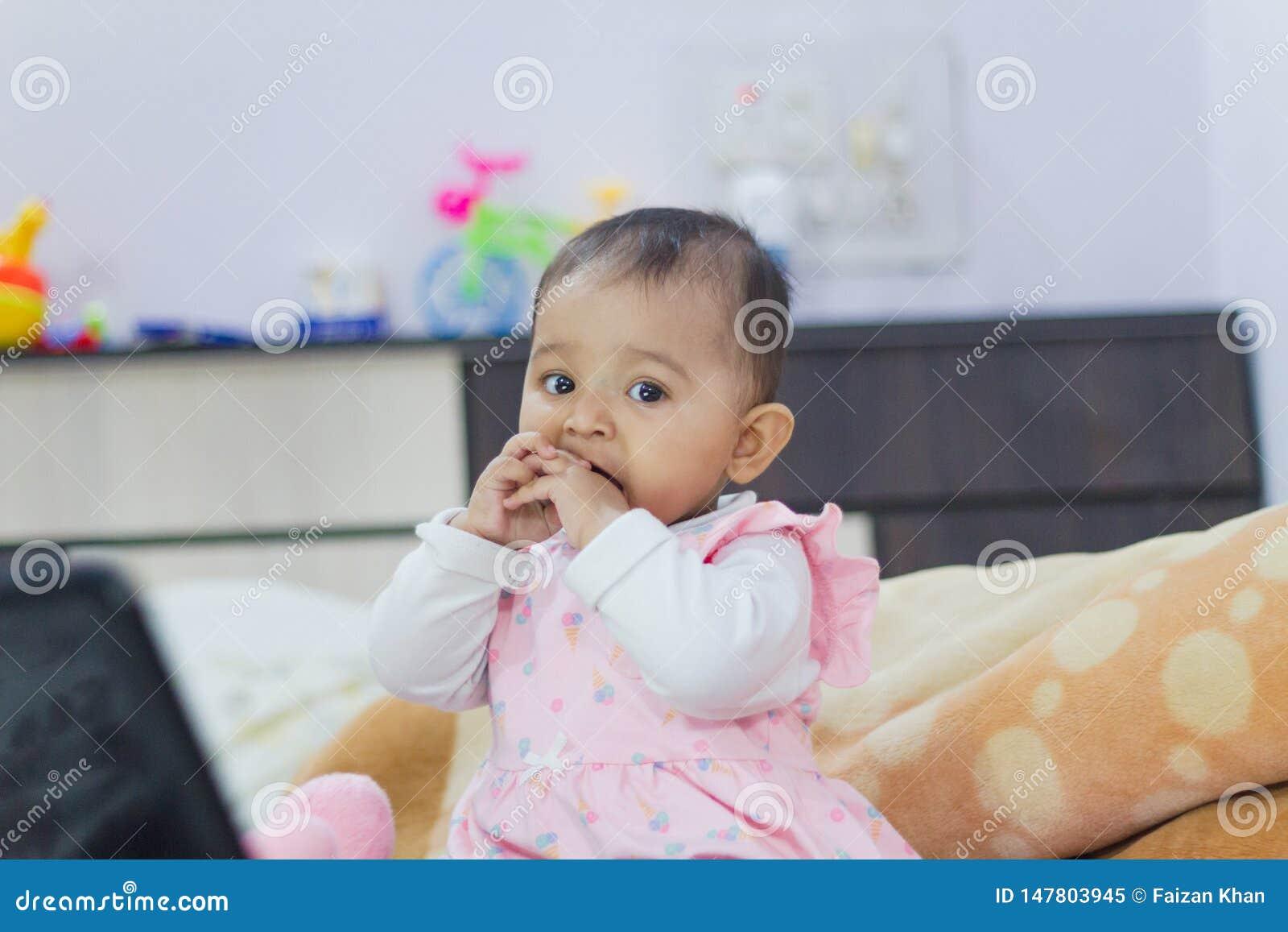 演奏印度女婴