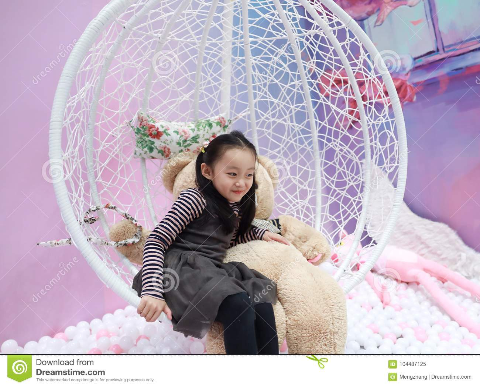 演奏在操场的美丽的快乐的小女孩游乐场