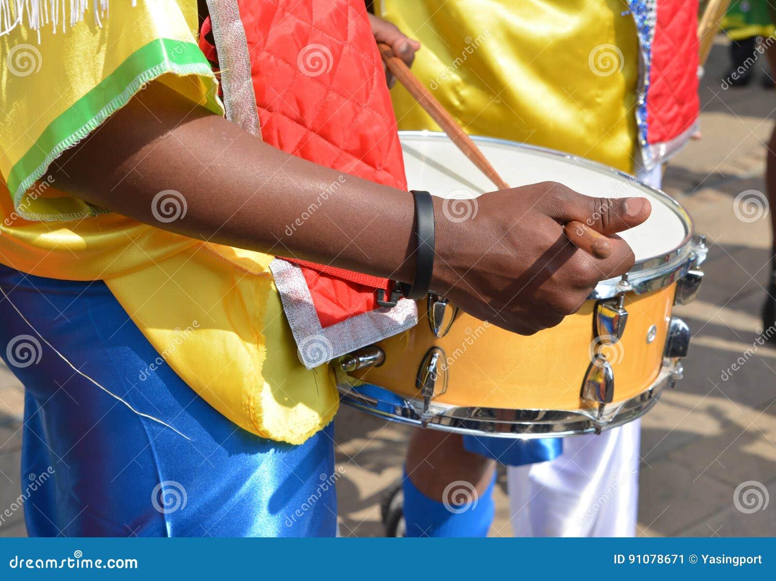 演奏在节日的非洲音乐家鼓