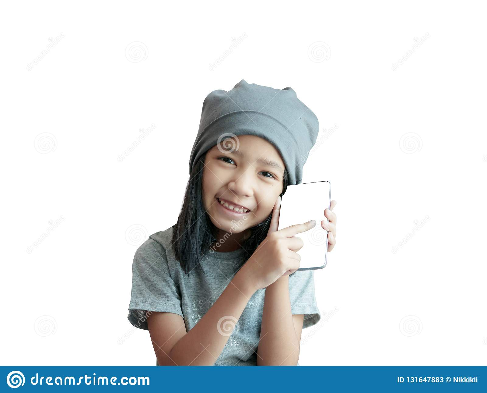 演奏有幸福和微笑的女孩智能手机 有灰色布料盖帽的亚洲女孩藏品电话在白色背景