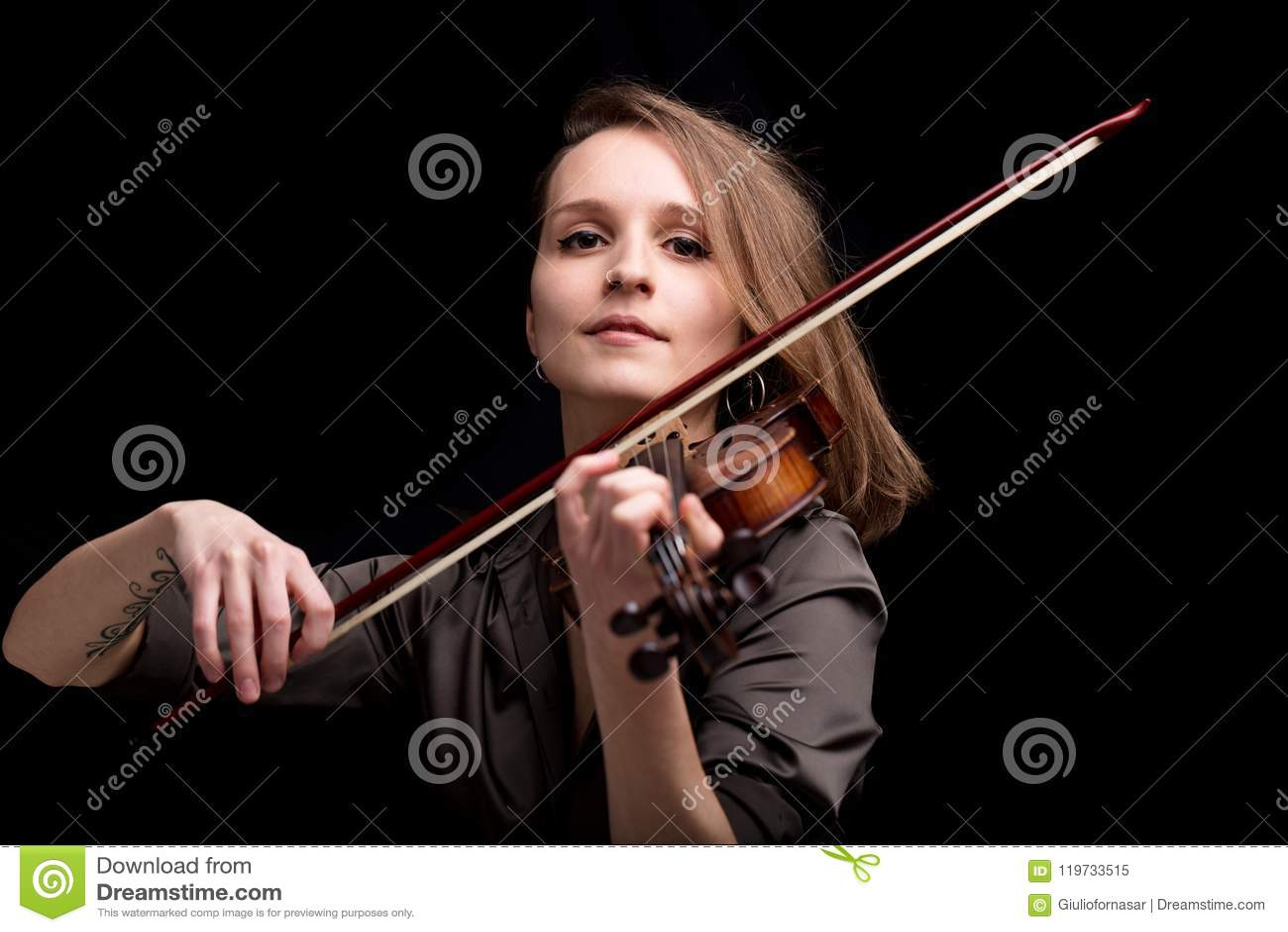 演奏民间音乐的骄傲的巴洛克式的小提琴手