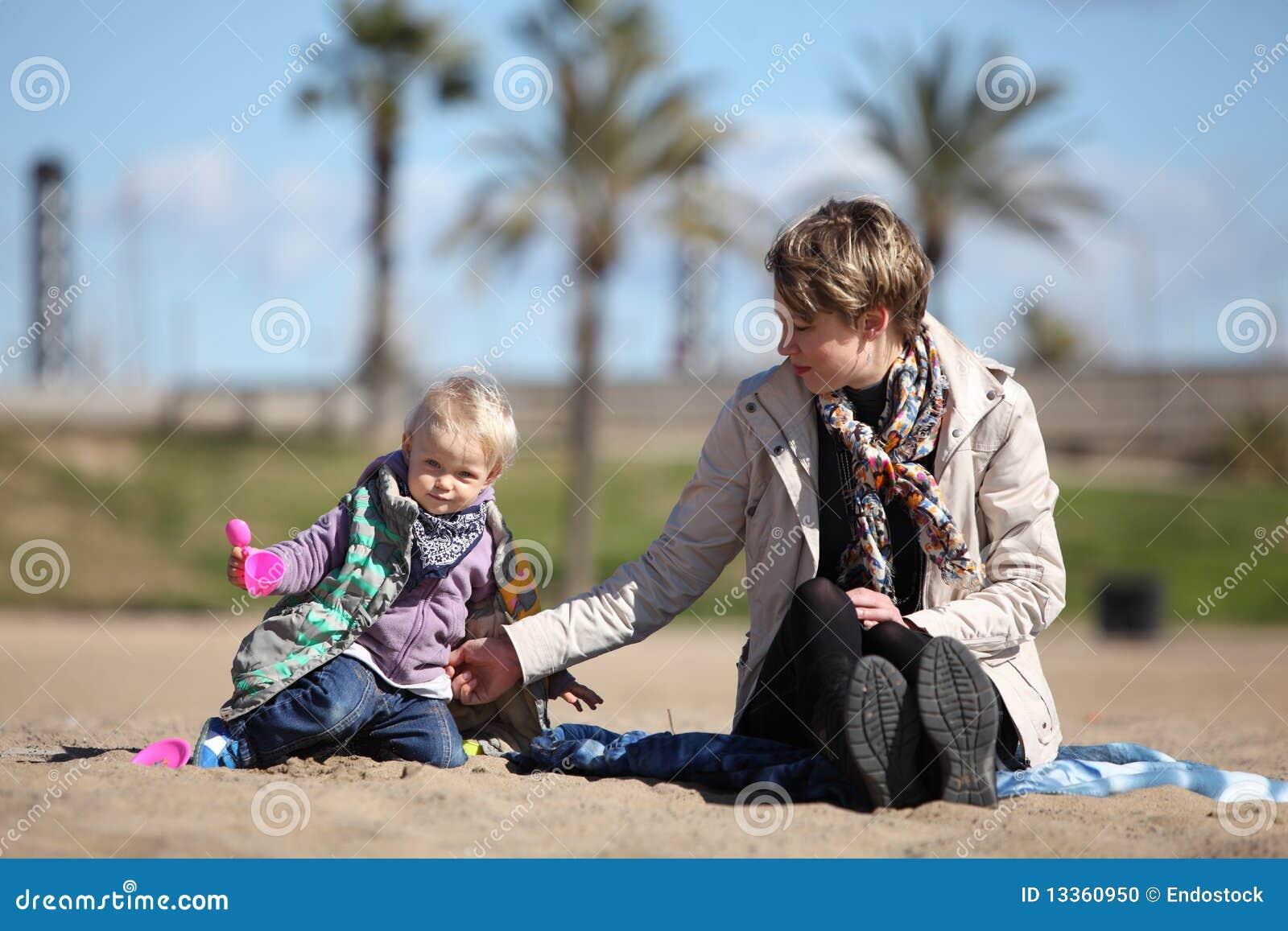 演奏沙子的女儿小母亲