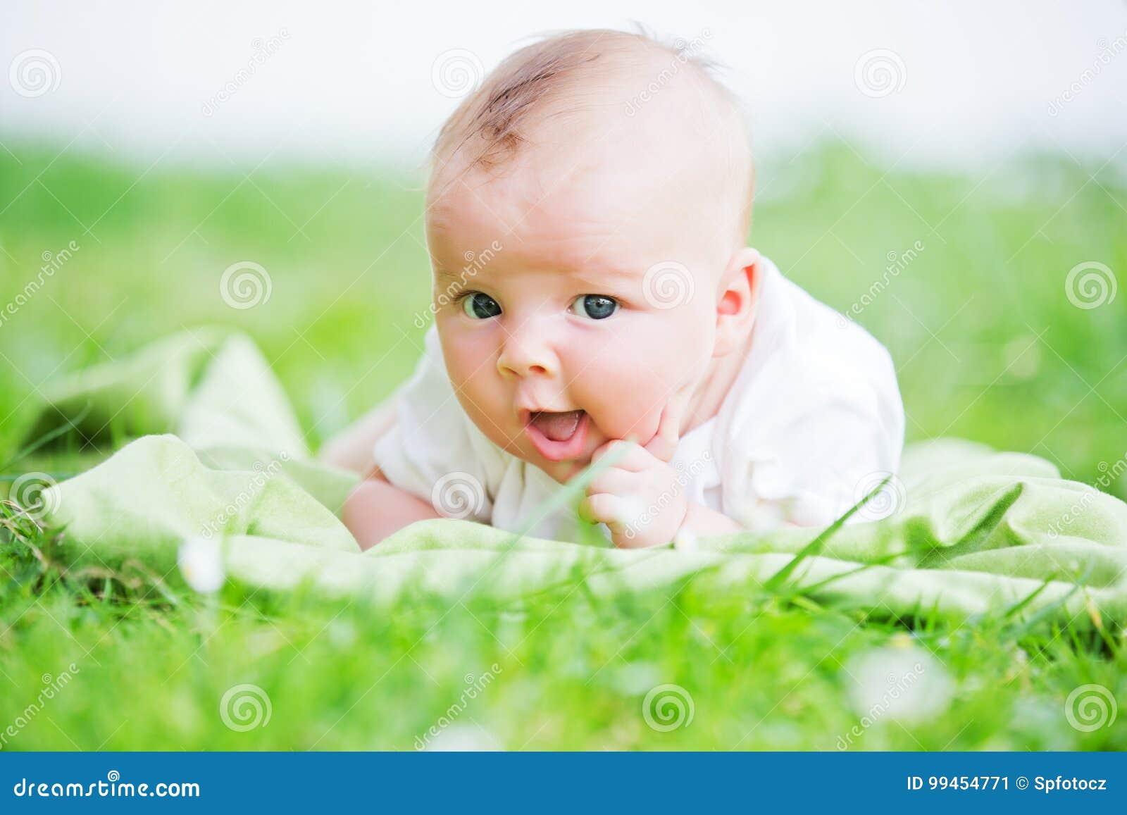 演奏玩具的婴孩
