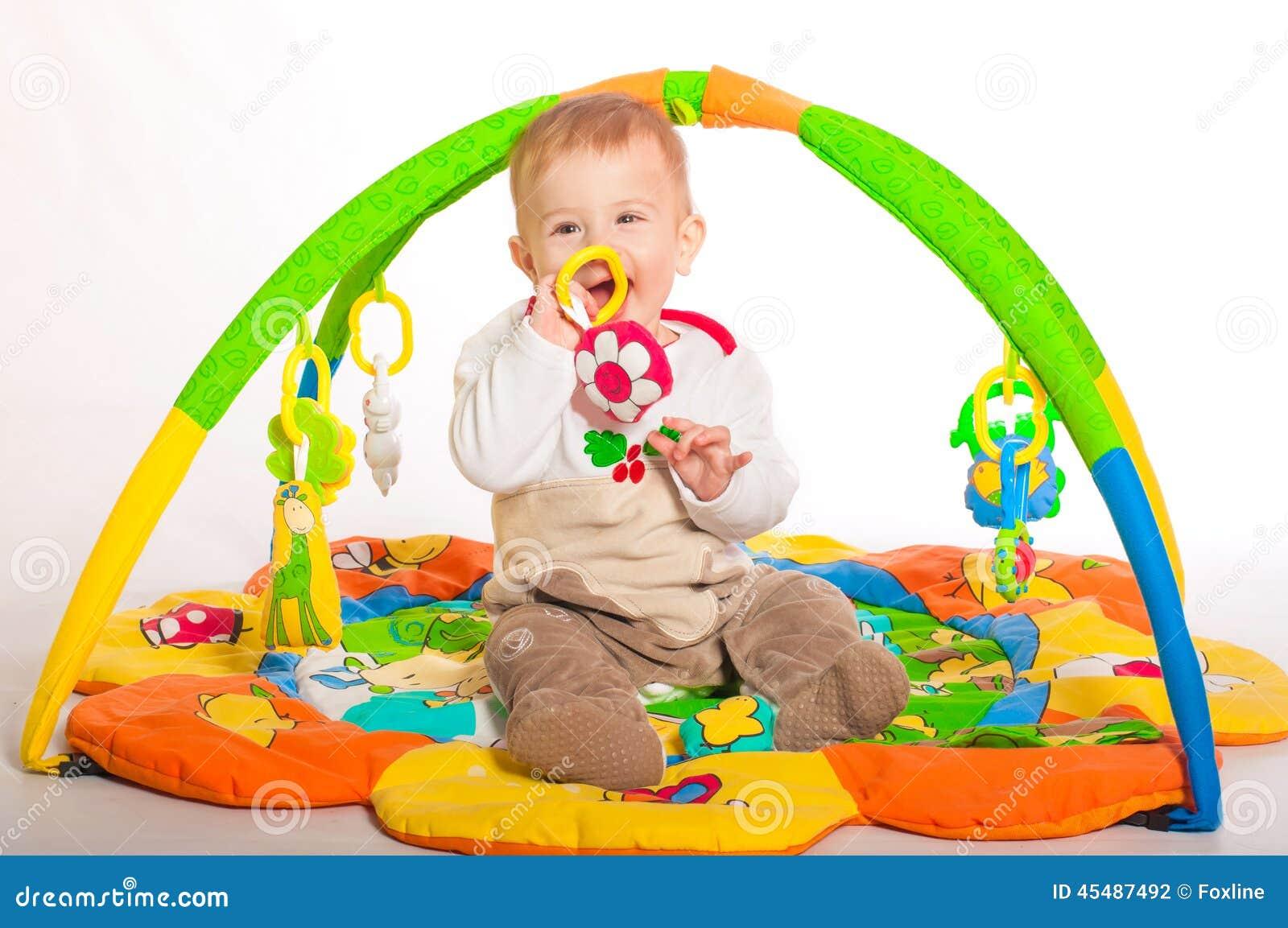 演奏玩具的男婴