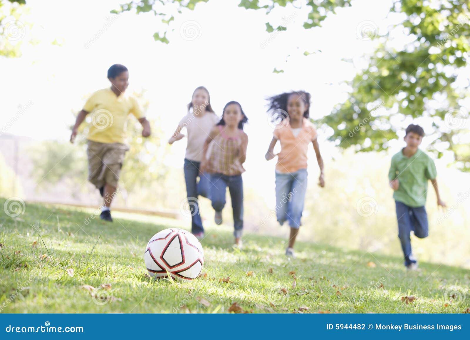 演奏足球年轻人的五个朋友