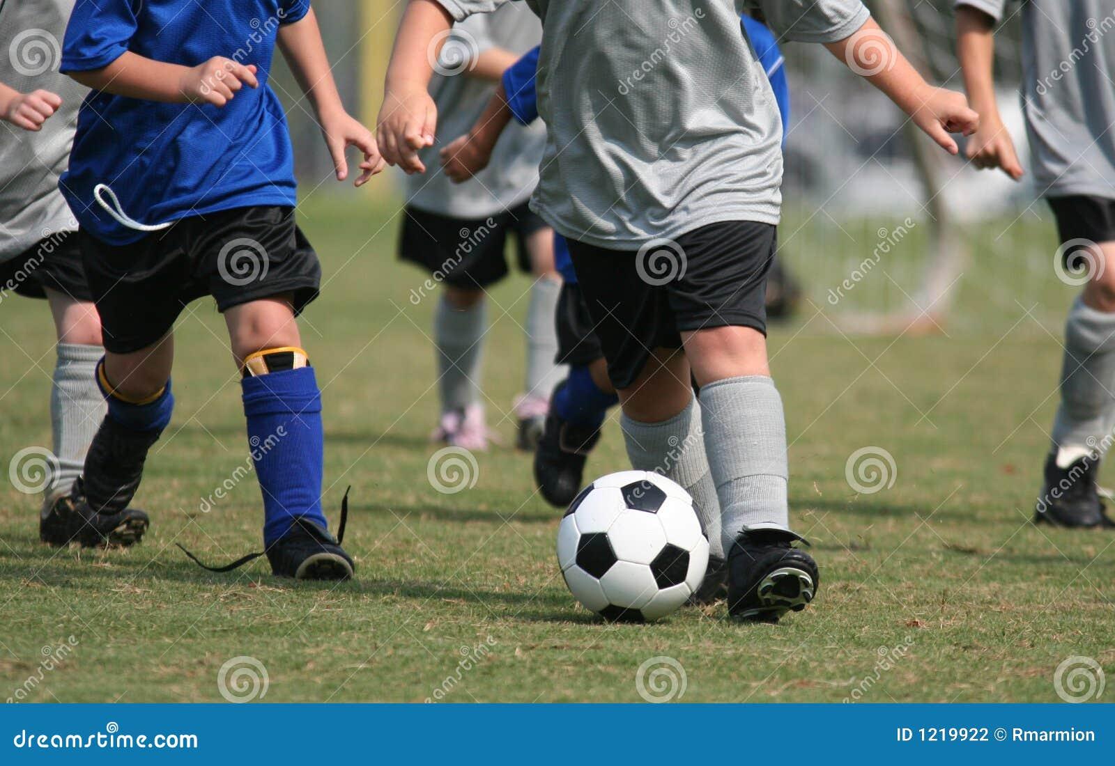 演奏足球年轻人的孩子