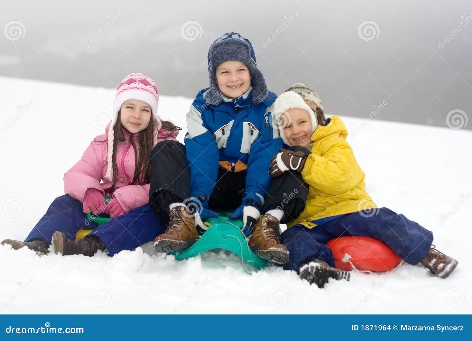 演奏雪的新鲜的孩子