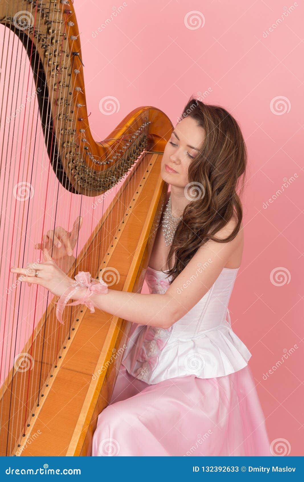 演奏音乐的女孩的画象