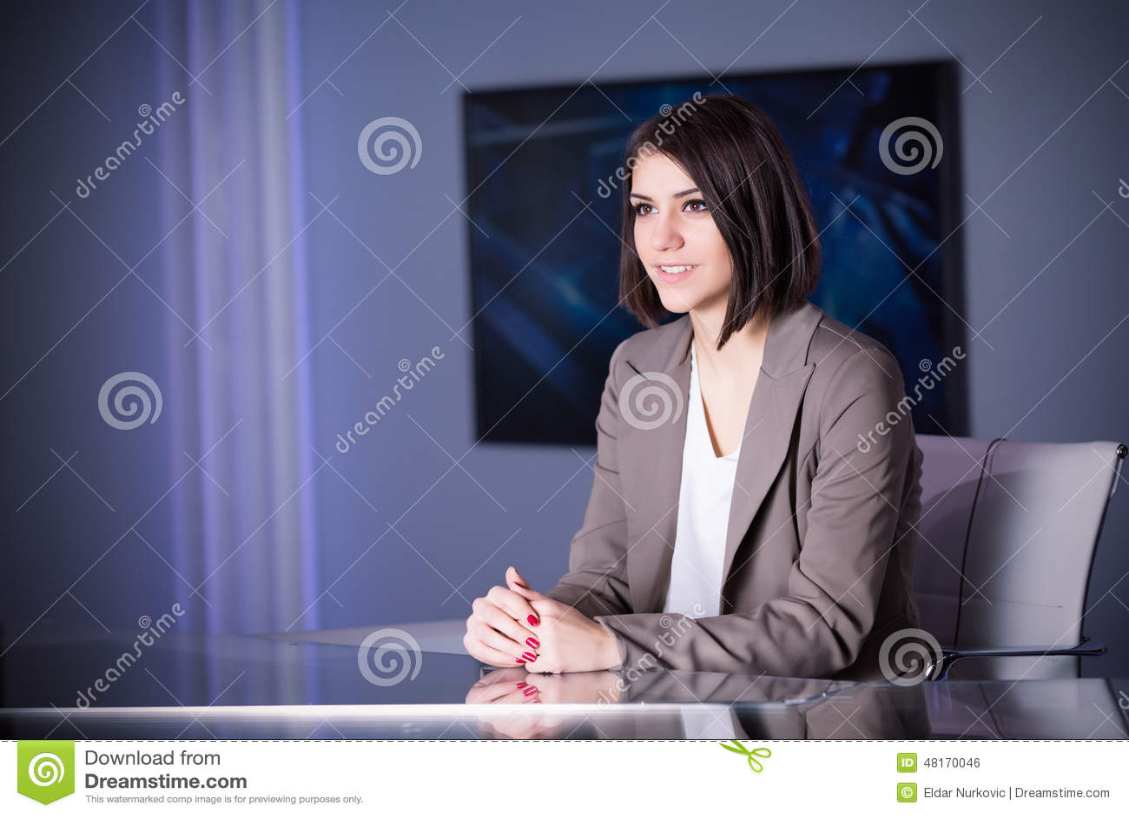 演播室的年轻美丽的深色的电视主持人在活广播期间 编辑的女性电视主任在演播室