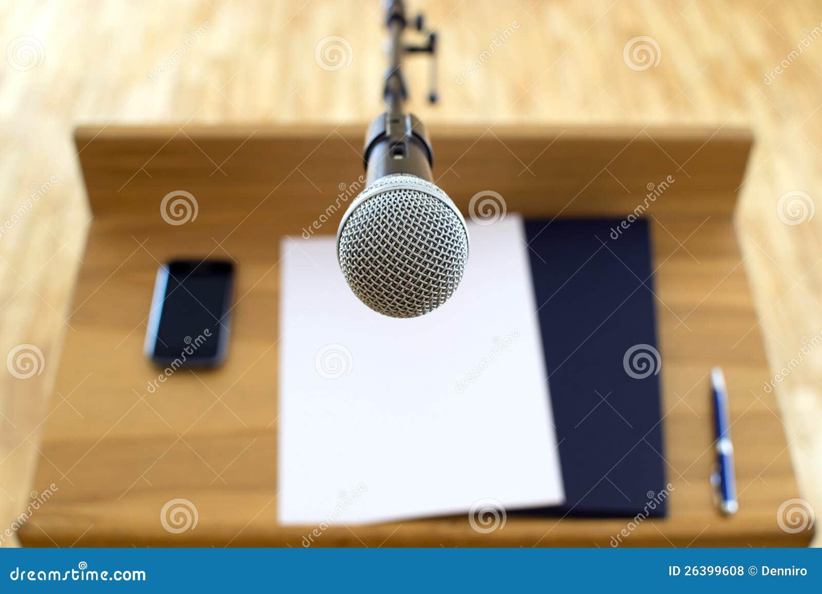 演讲在报告人前面的指挥台和话筒