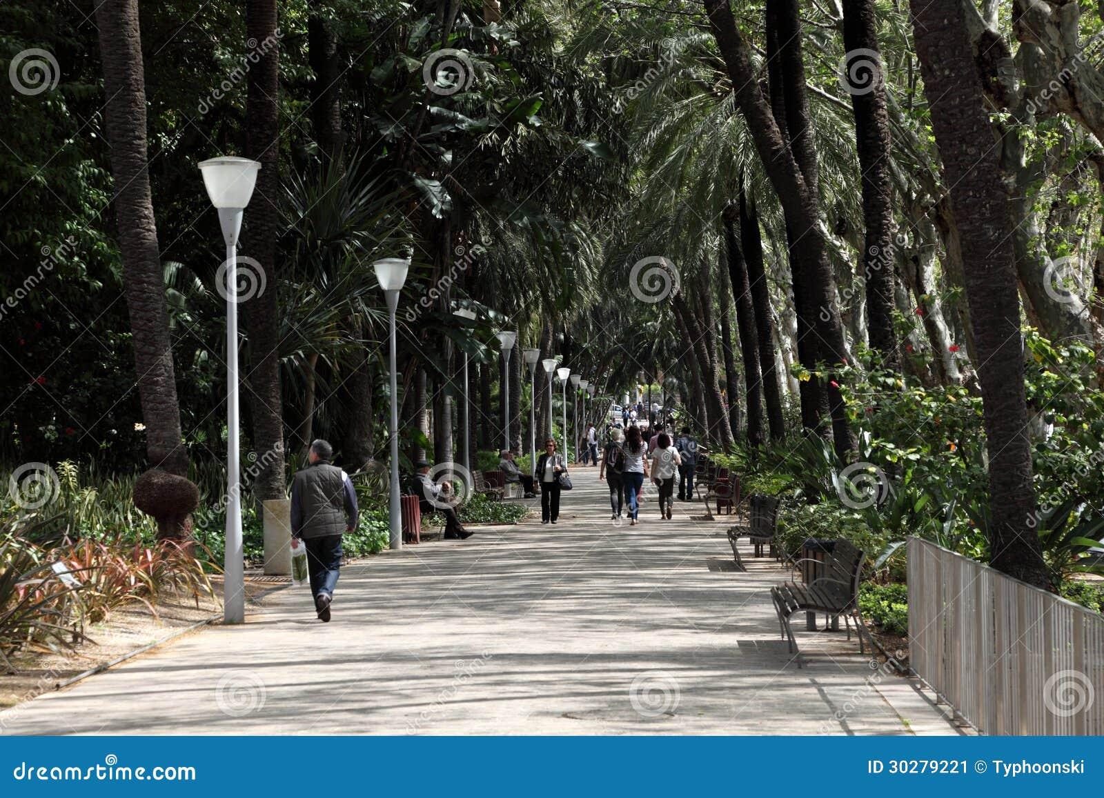 漫步在城市公园的人们