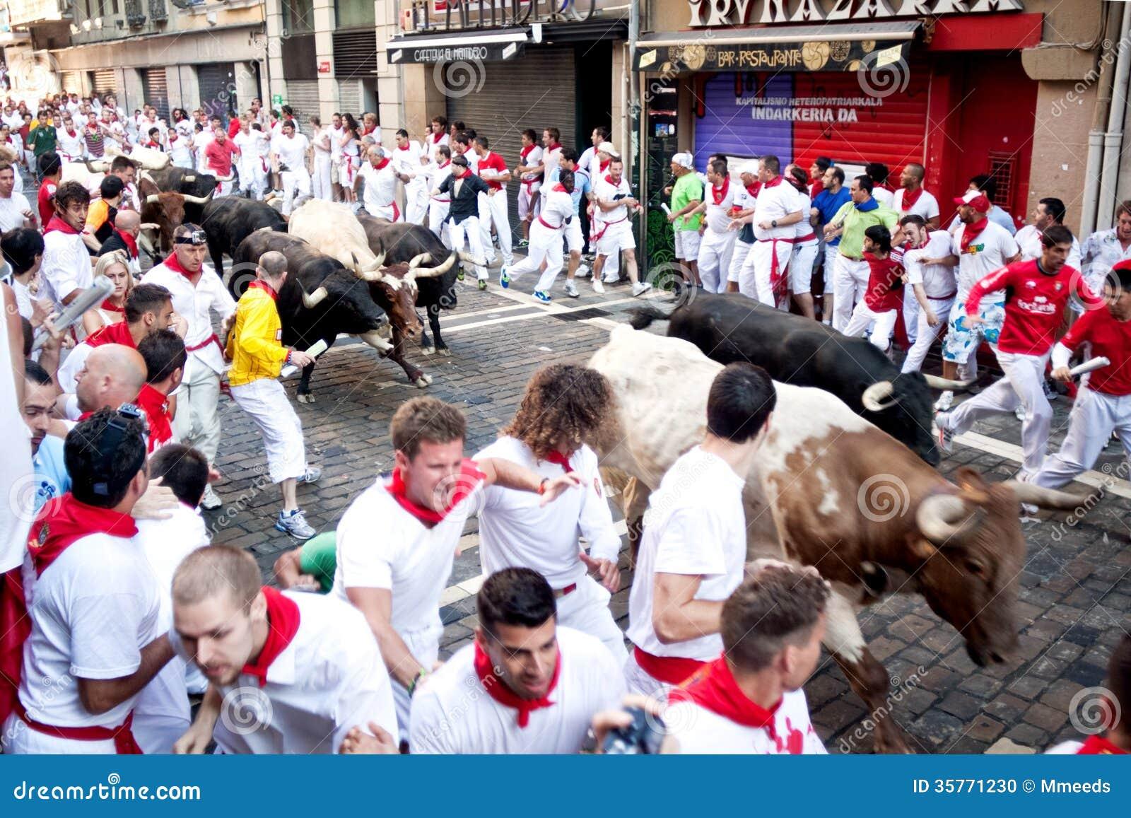 潘普洛纳,西班牙- 7月8 :从在stre的公牛跑的未认出的人