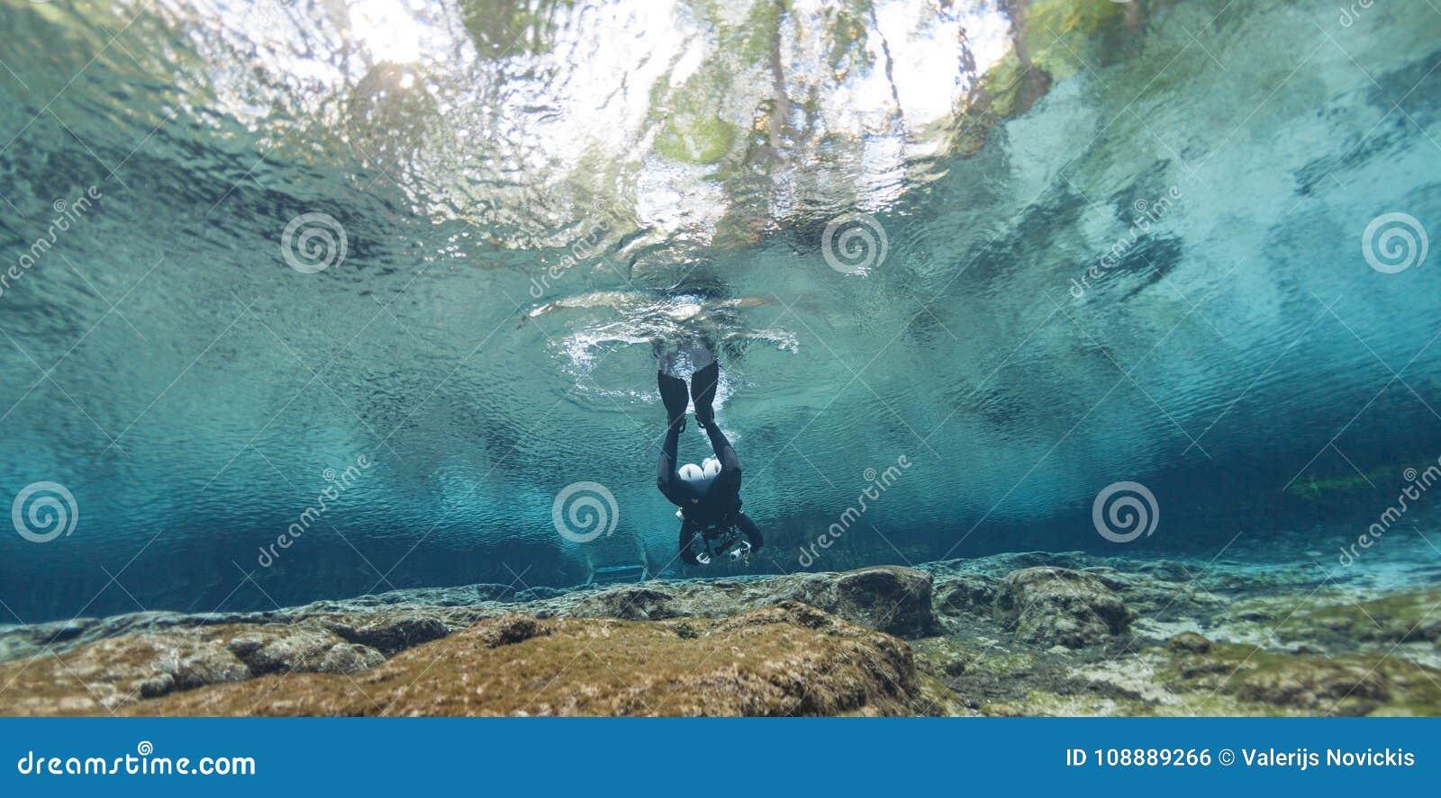 潜水者水下的洞潜水的Ginnie反弹佛罗里达美国