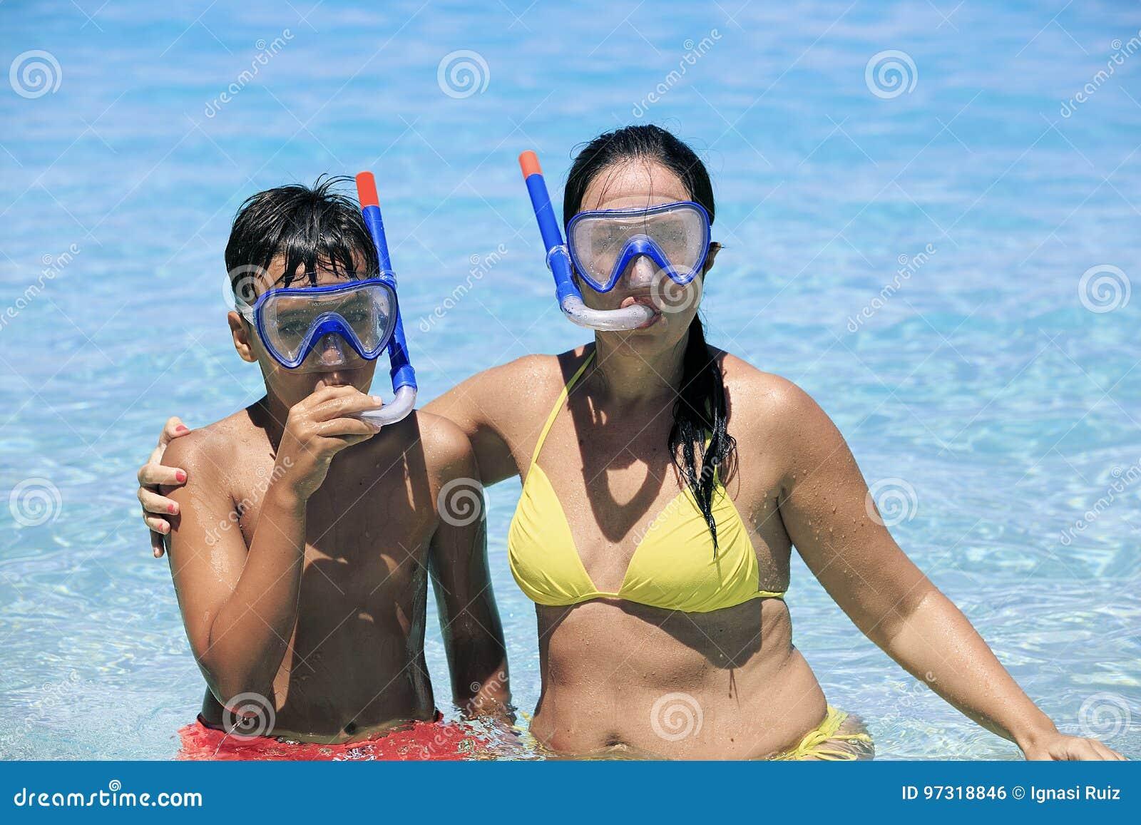 潜航在海滩的母亲和儿子