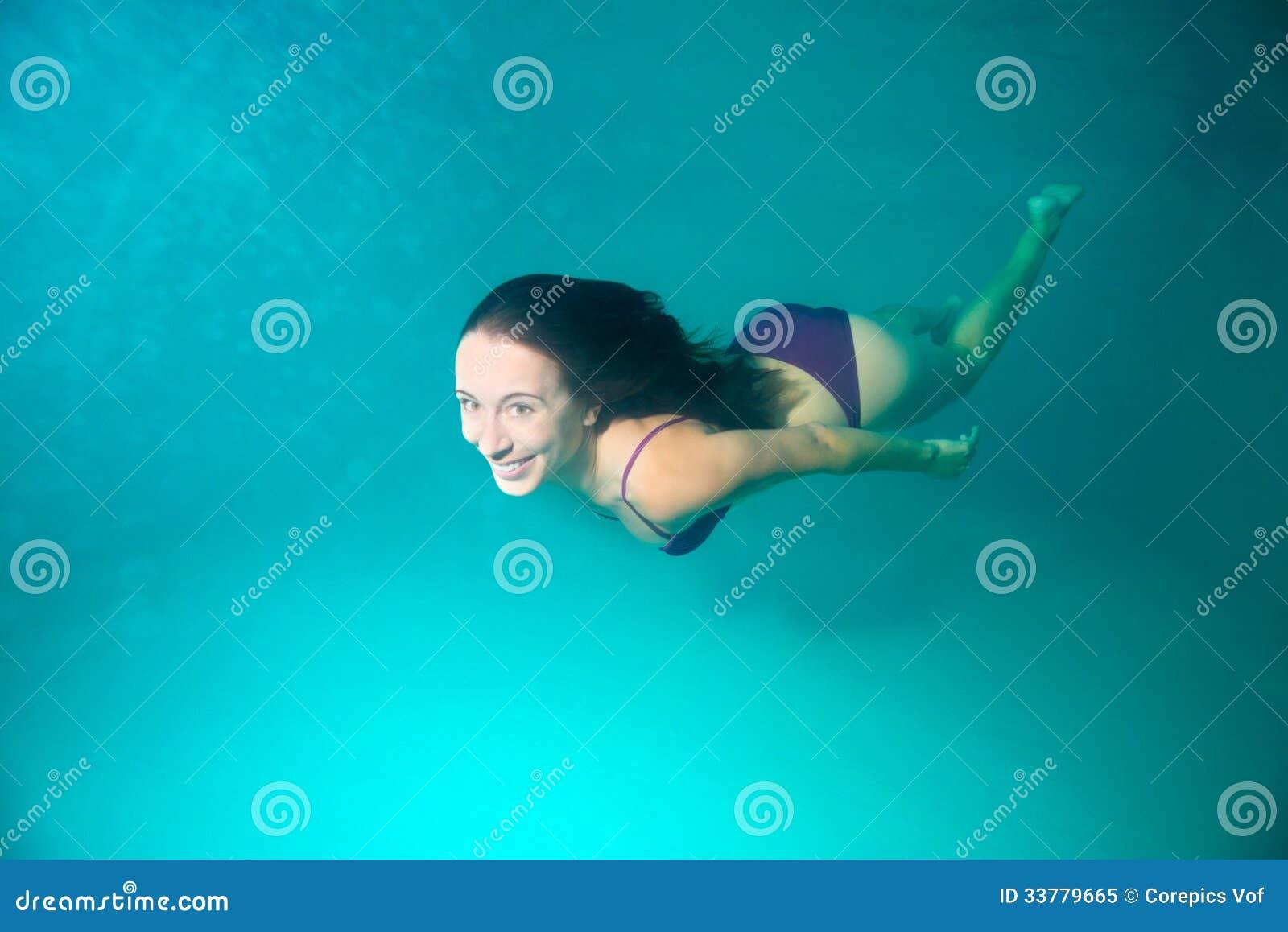 潜水的妇女在水面下