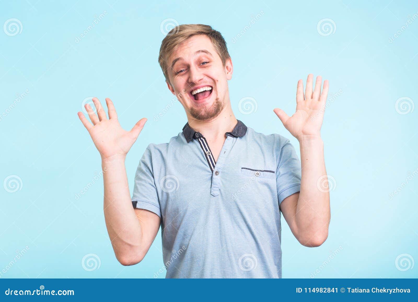 激动的人在幸福,姿态有效地惊叹了,表达的伟大的surprisement,在蓝色背景