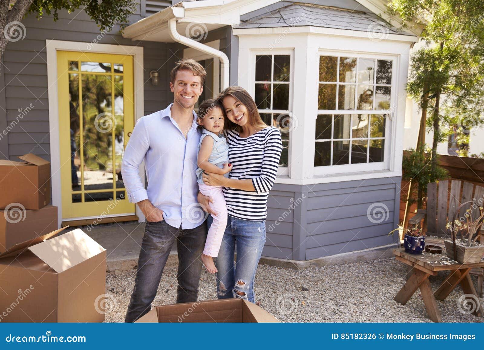 激动的家庭常设外部新的家画象