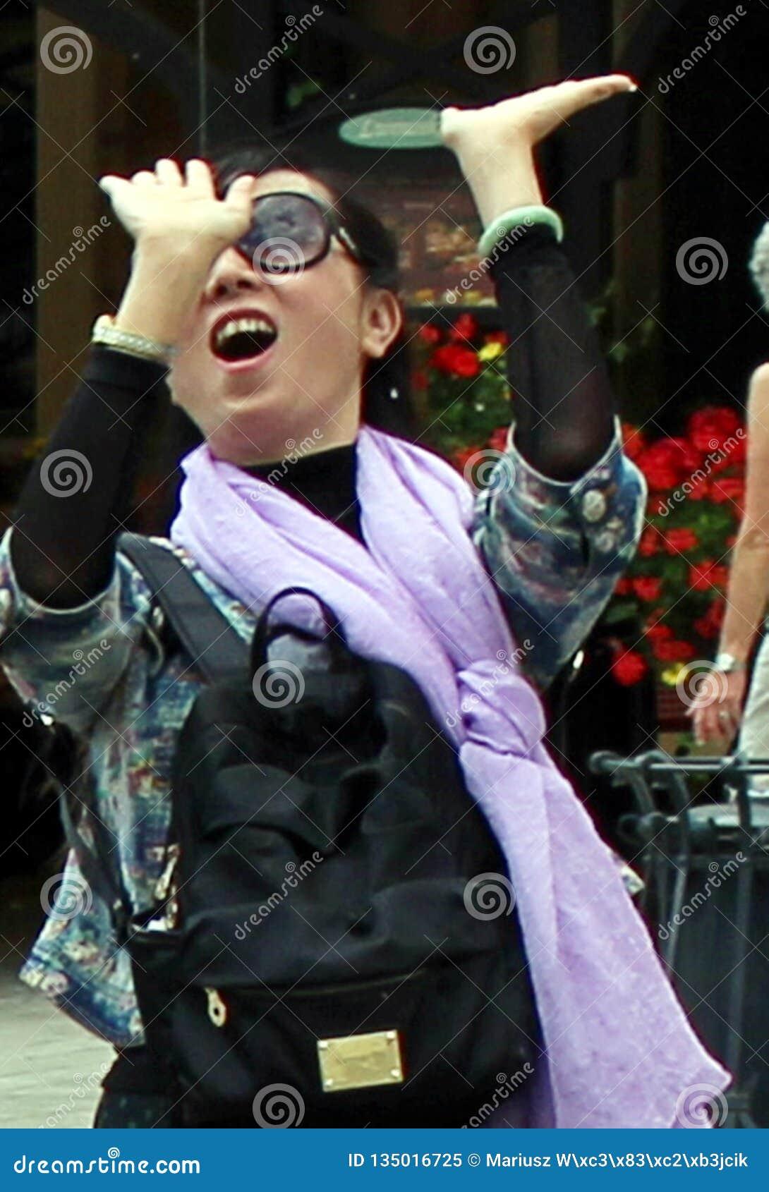 激动的年轻女人挥动的手